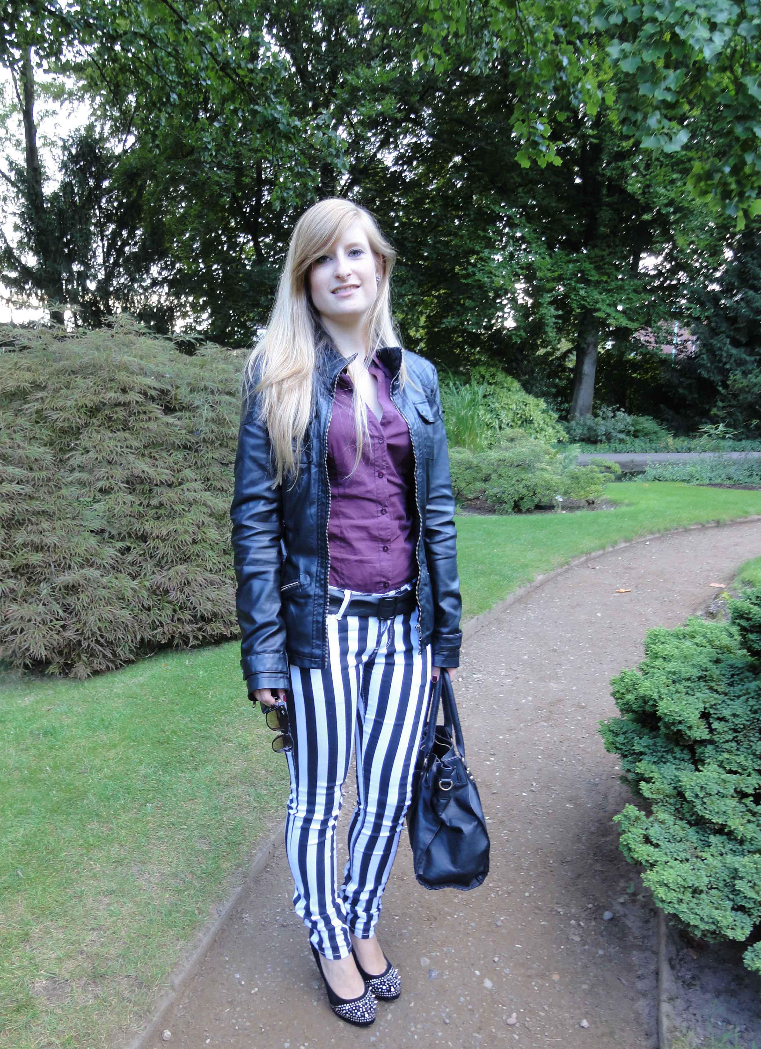 Stripes Rules Modeblog schwarz weiß gestreifte Hose kombinieren streifen Outfit schwarze Lederjacke jajpanischer Garten 5