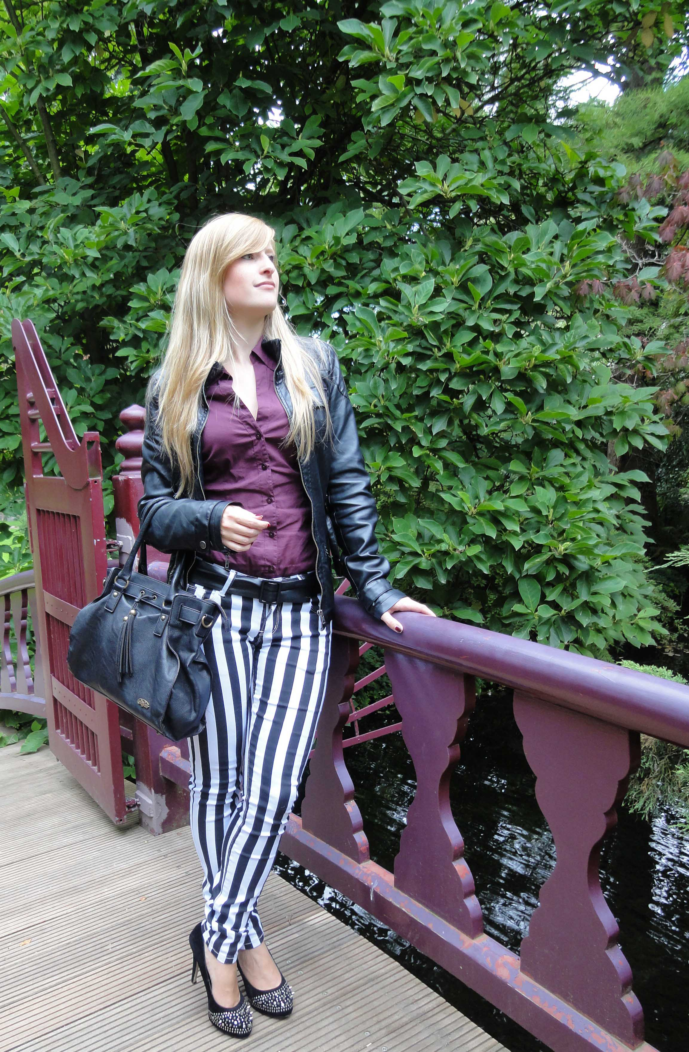 Stripes Rules Modeblog schwarz weiß gestreifte Hose kombinieren streifen Outfit schwarze Lederjacke jajpanischer Garten