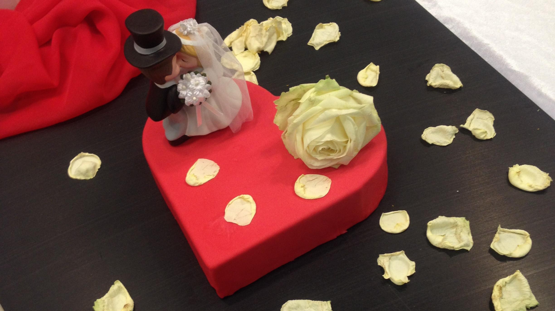 Hochzeitsmesse Impressionen Hochzeit heiraten Brautkleid Hochzeitstorte herz rot