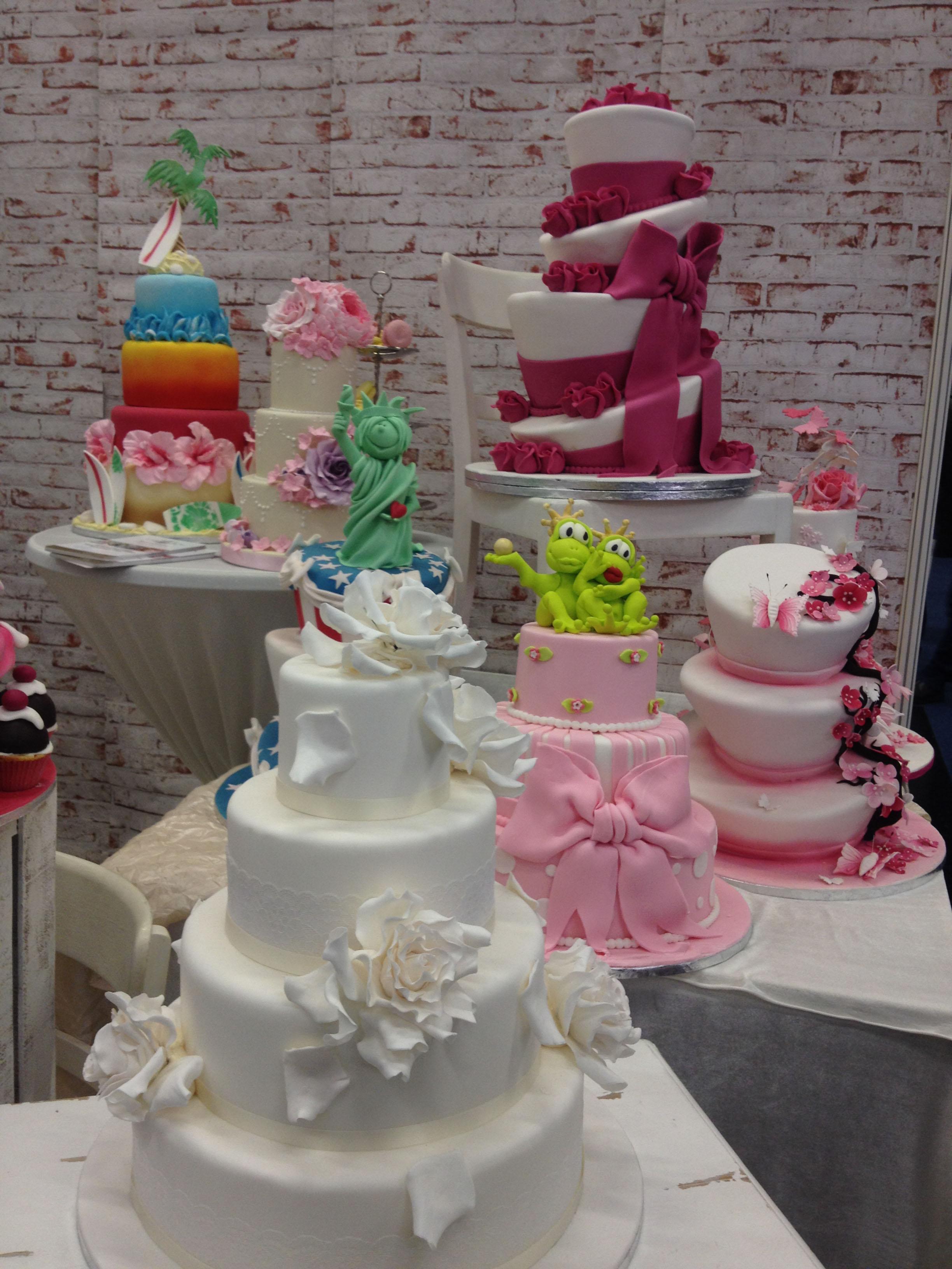 Wedding Dress Hochzeitsmesse Impressionen Hochzeit heiraten Brautkleid Hochzeitstorte rosa 3 stock blumen weiß