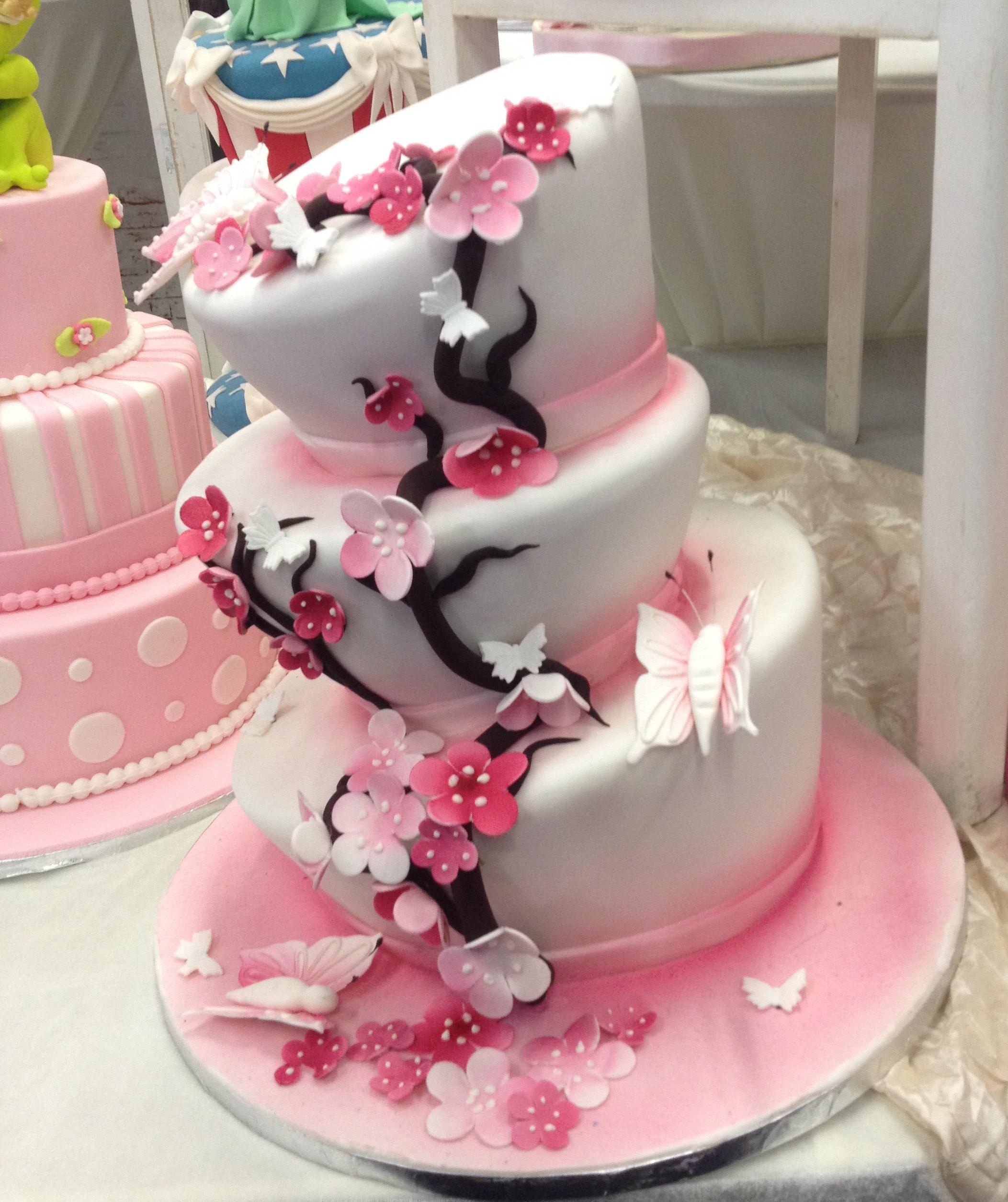 Wedding Dress Hochzeitsmesse Impressionen Hochzeit heiraten Brautkleid Hochzeitstorte rosa 3 stock blumen