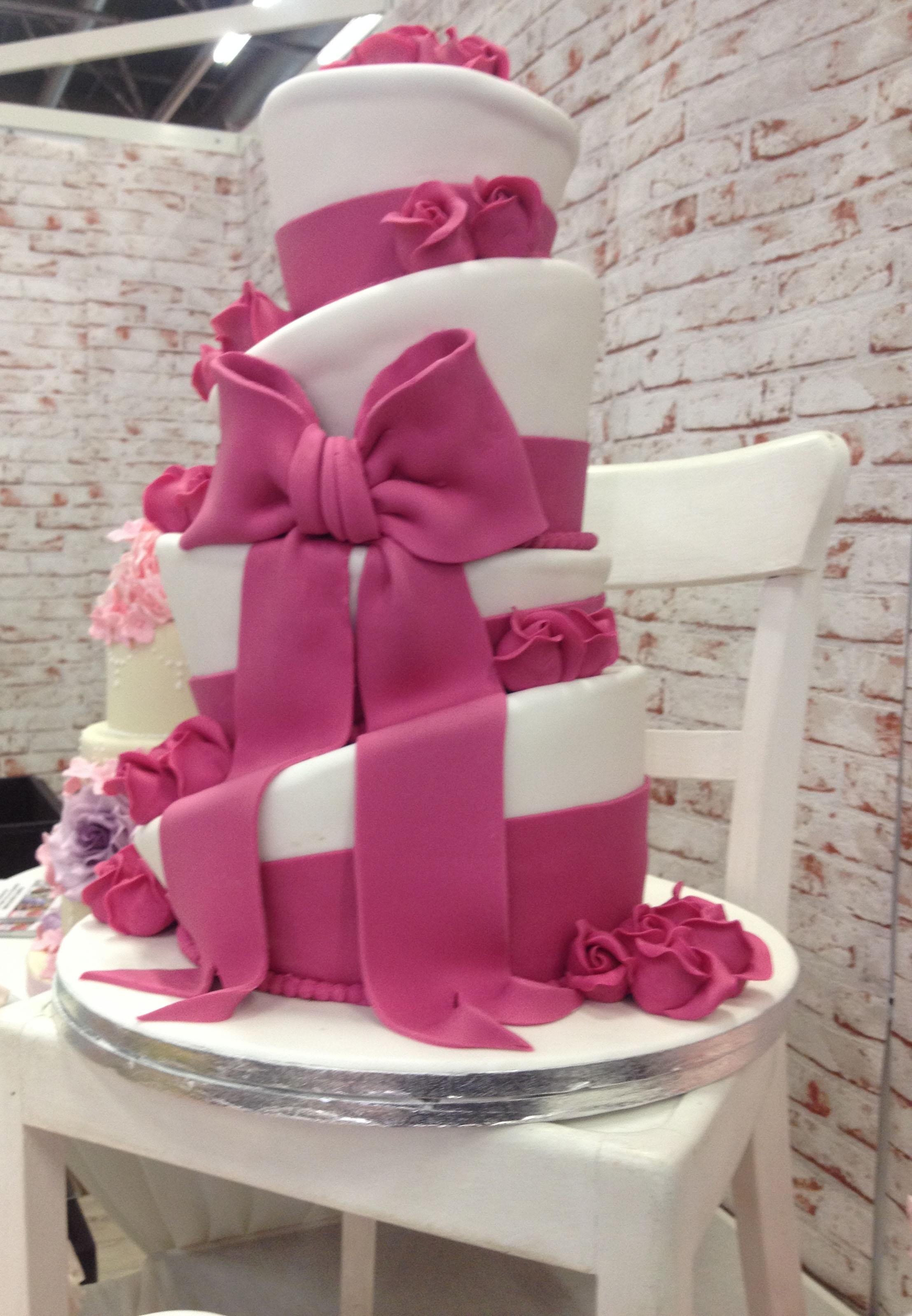 Wedding Dress Hochzeitsmesse Impressionen Hochzeit heiraten Brautkleid Hochzeitstorte rosa 3 stock schleifen rosa