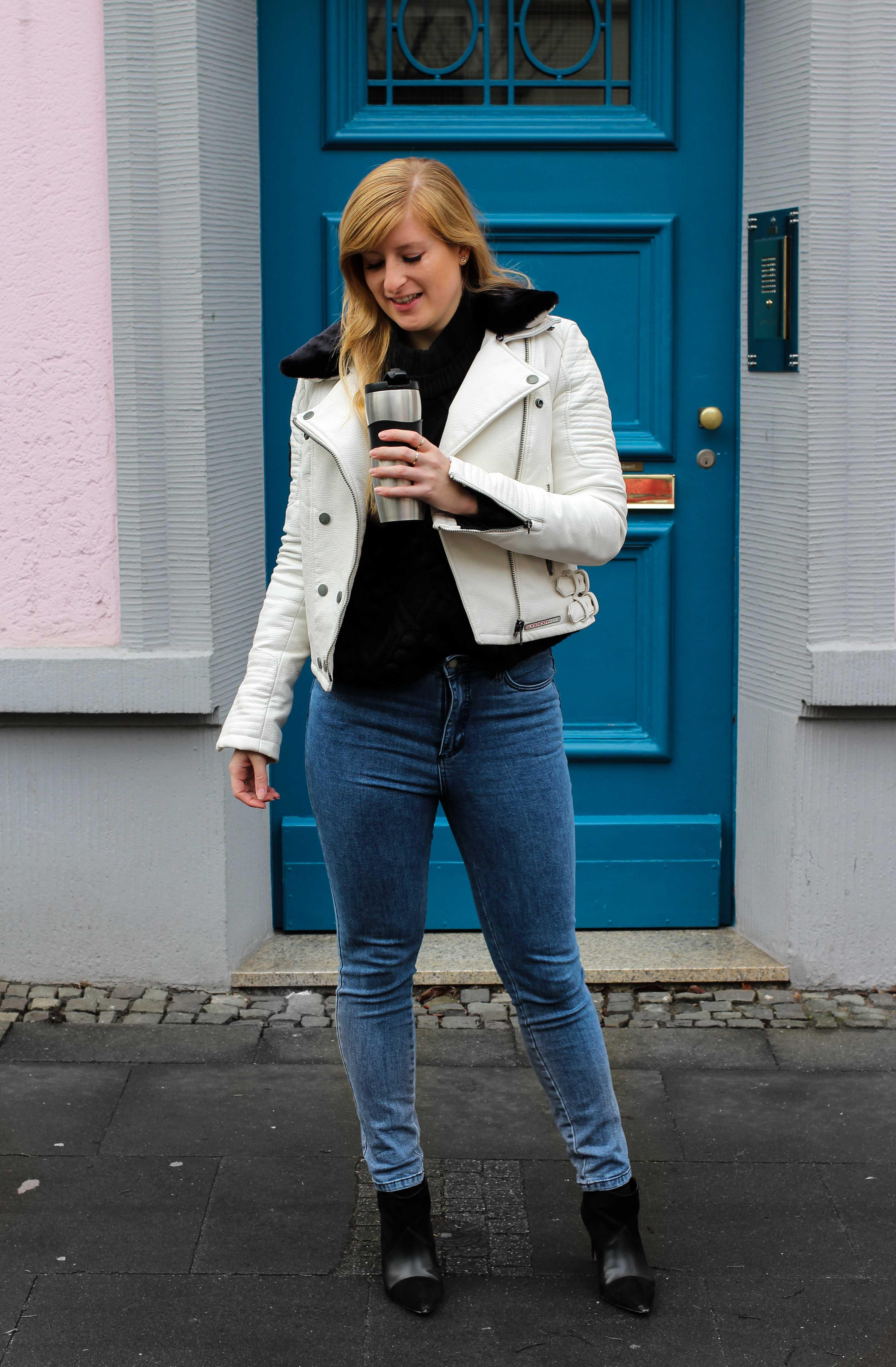 Weiße Lederjacke kombinieren Blaue Highwaist Jeans blaue Tür Casual Streetstyle Modeblog Bonn 1