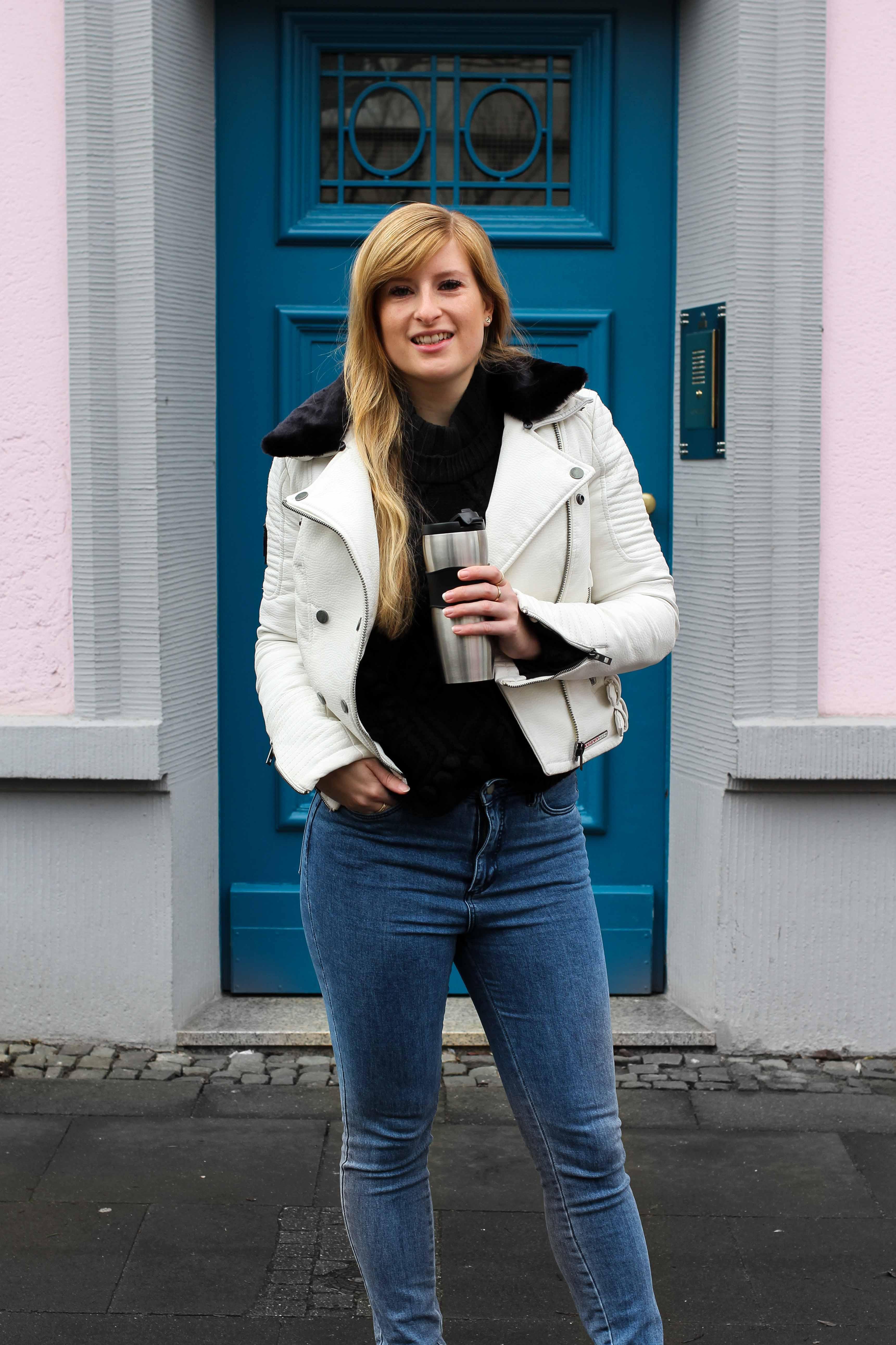 Weiße Lederjacke kombinieren Blaue Highwaist Jeans blaue Tür Casual Streetstyle Modeblog Bonn 3