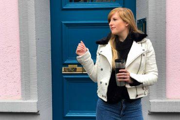 Weiße Lederjacke kombinieren Blaue Highwaist Jeans blaue Tür Casual Streetstyle Modeblog Bonn