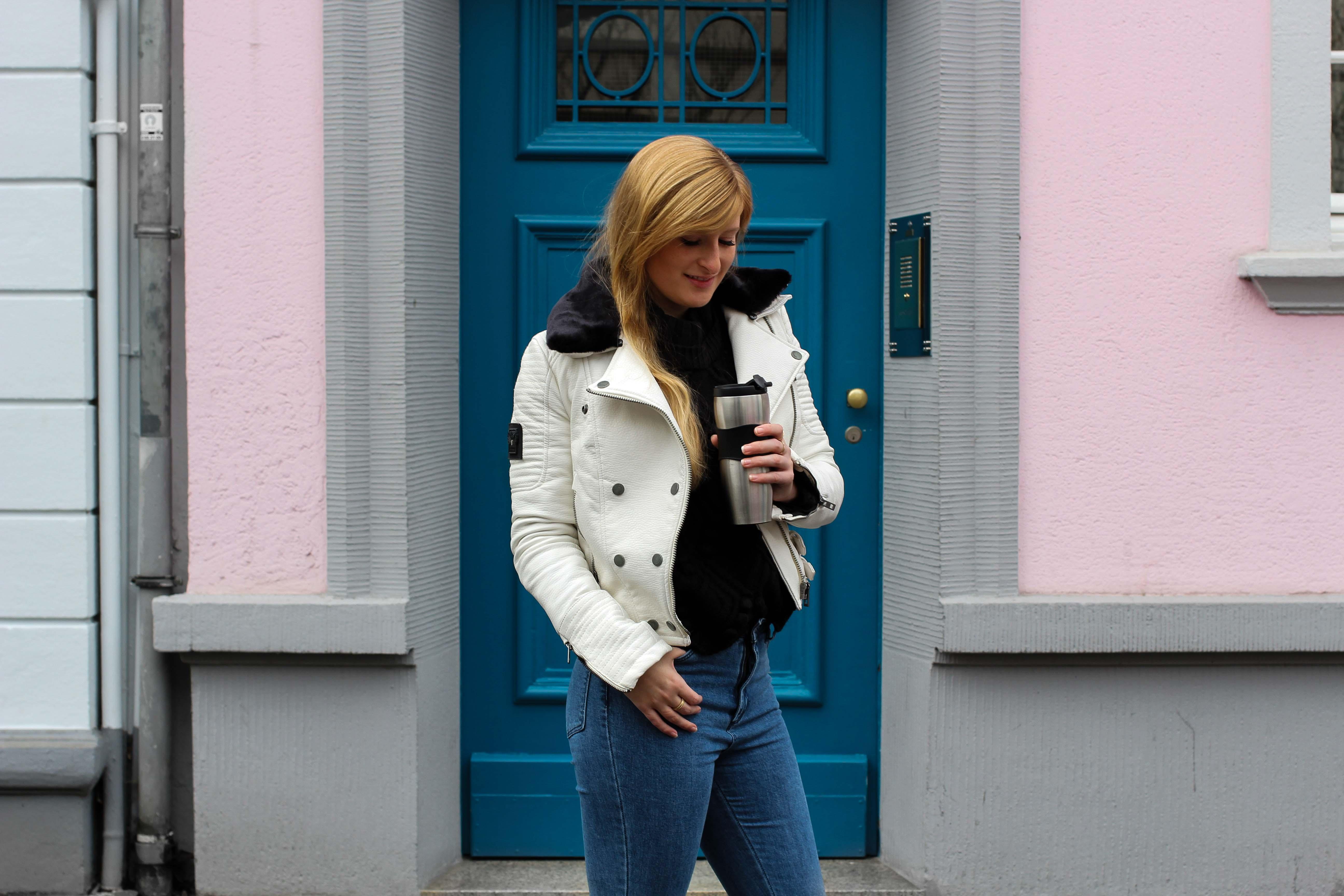 Weiße Lederjacke kombinieren Blaue Highwaist Jeans blaue Tür Casual Streetstyle Modeblog Bonn 4
