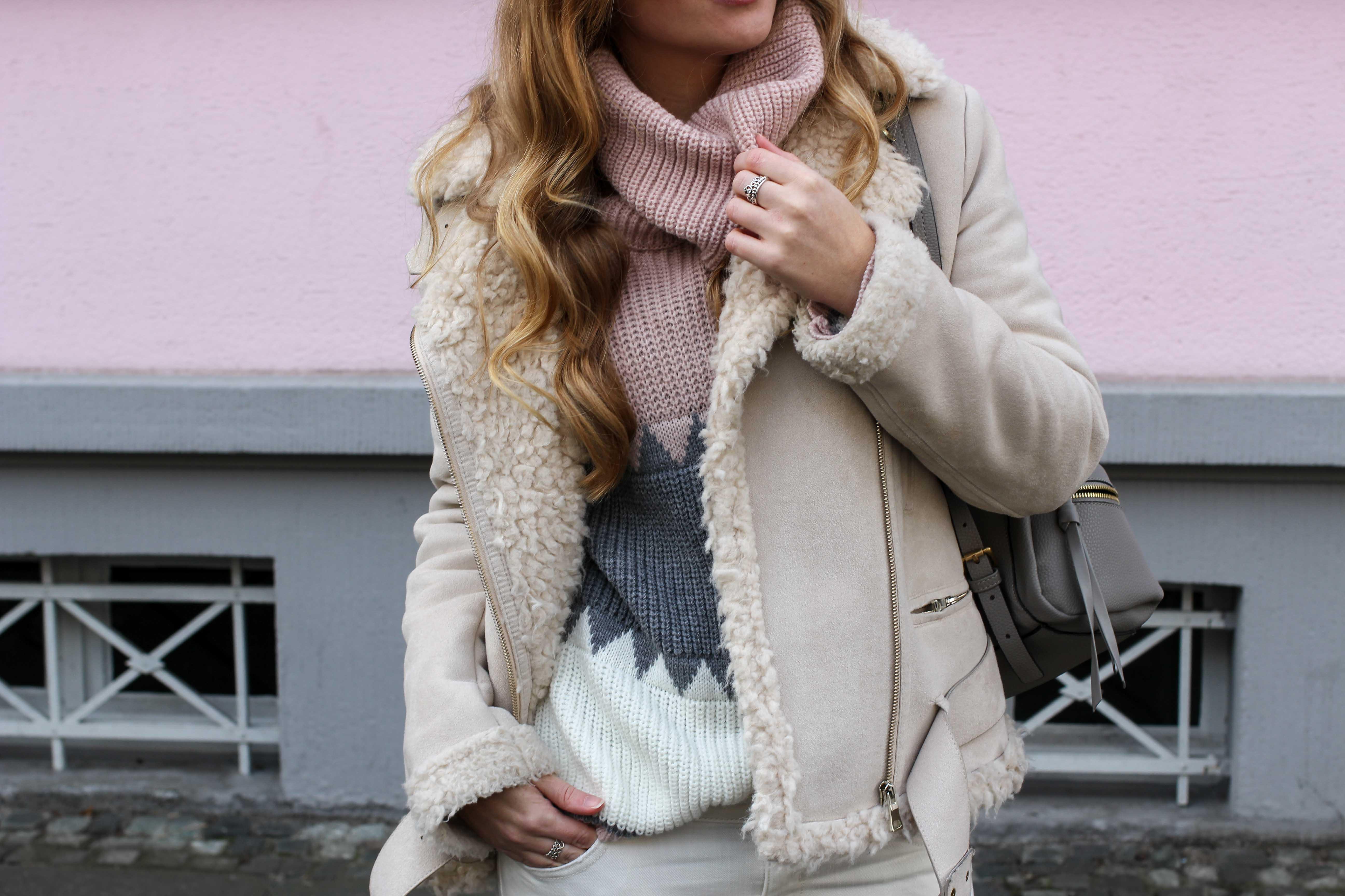All White Winter Look Helle Farben Winter Kustlammfelljacke Zara rosa Rollkragenpullover Modeblog Bonn Streetstyle Outfit 4