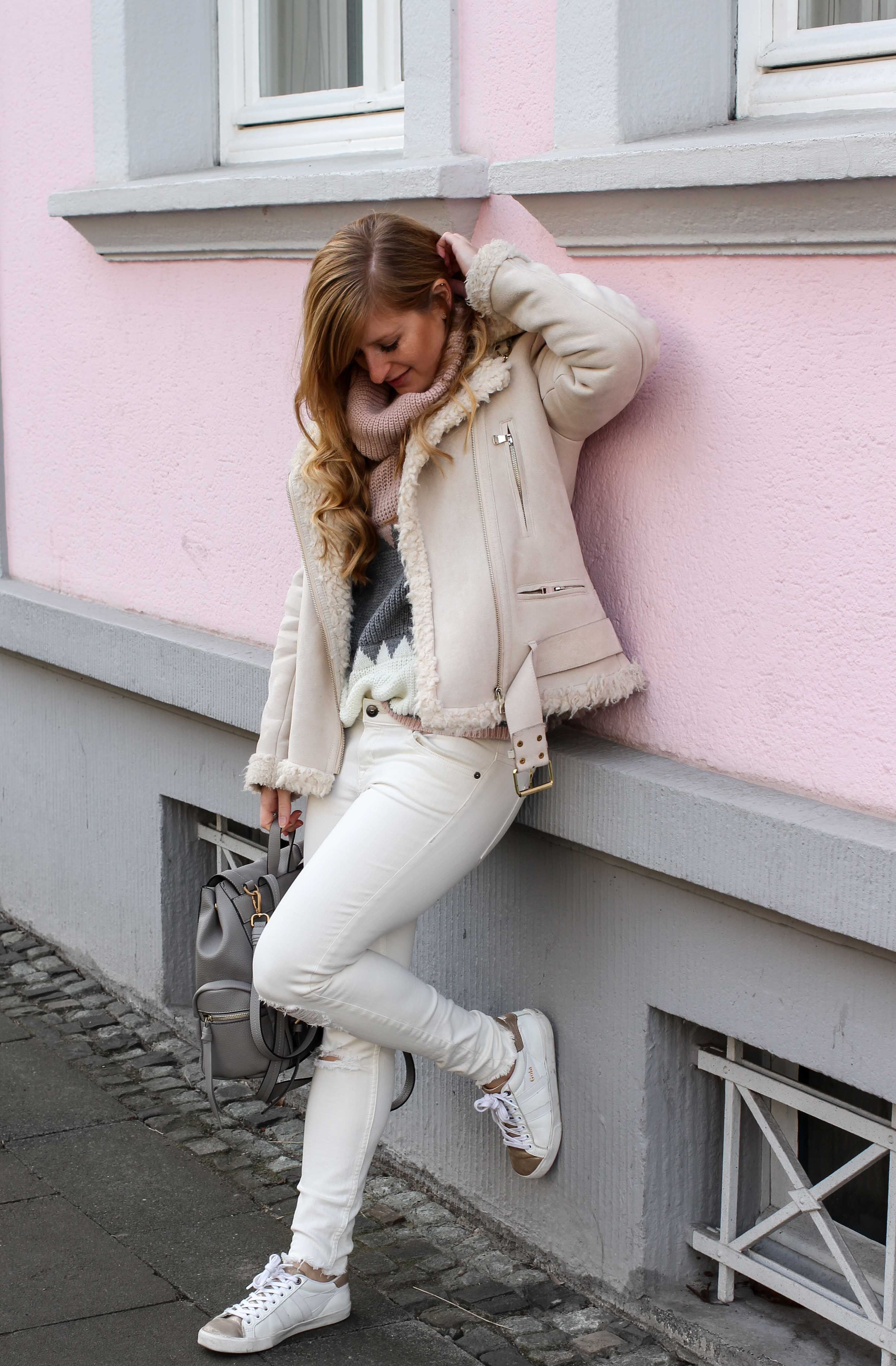 All White Winter Look Helle Farben Winter Kustlammfelljacke Zara rosa Rollkragenpullover Modeblog Bonn Streetstyle Outfit