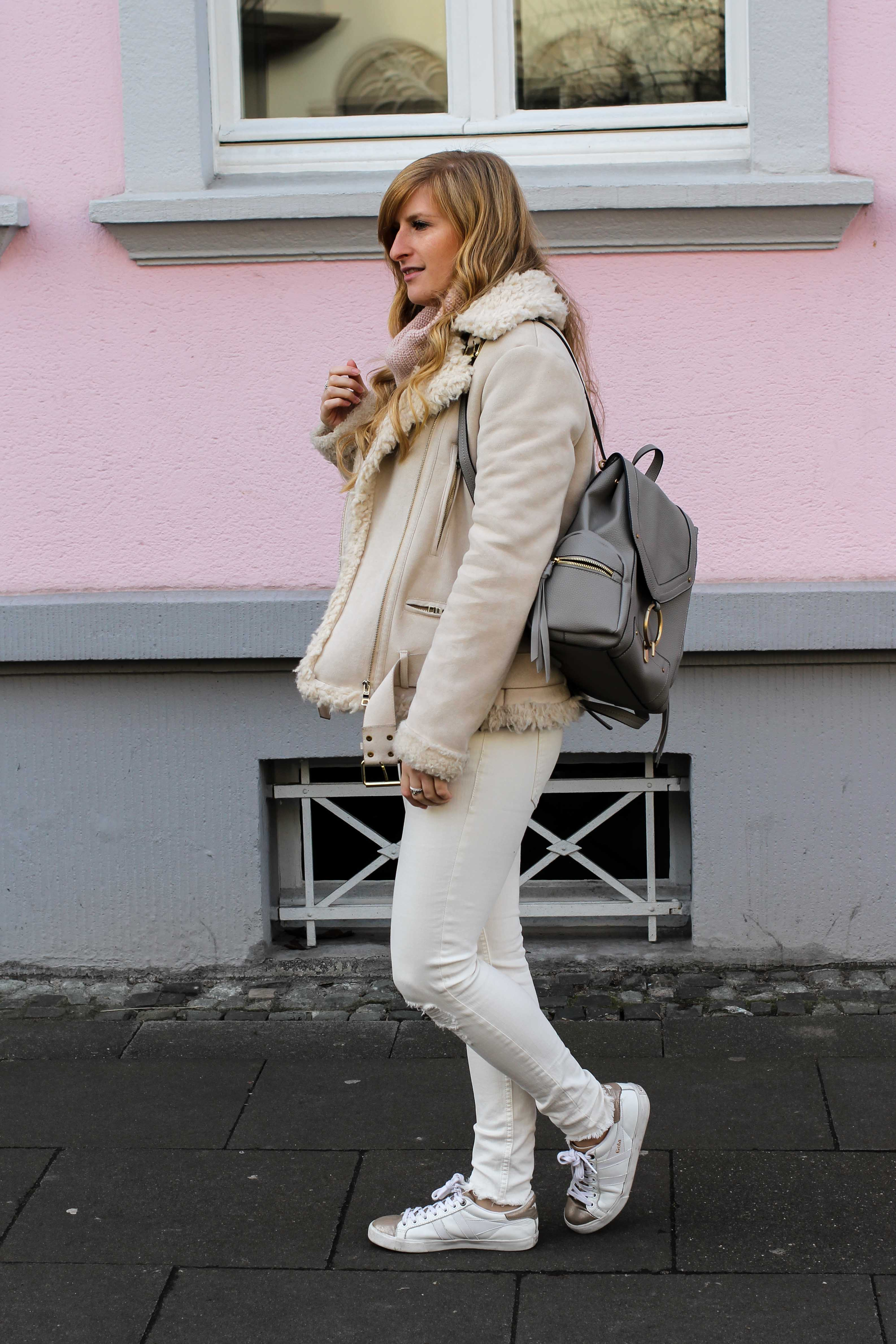 All White Winter Look Helle Farben Winter weiße Sneaker weiße Jeans kombinieren Kustlammfelljacke Zara rosa Rollkragenpullover Modeblog Bonn 3