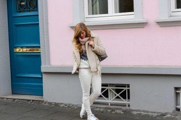 All White Winter Look Helle Farben Winter weiße Sneaker weiße Jeans kombinieren Kustlammfelljacke Zara rosa Rollkragenpullover Modeblog Bonn