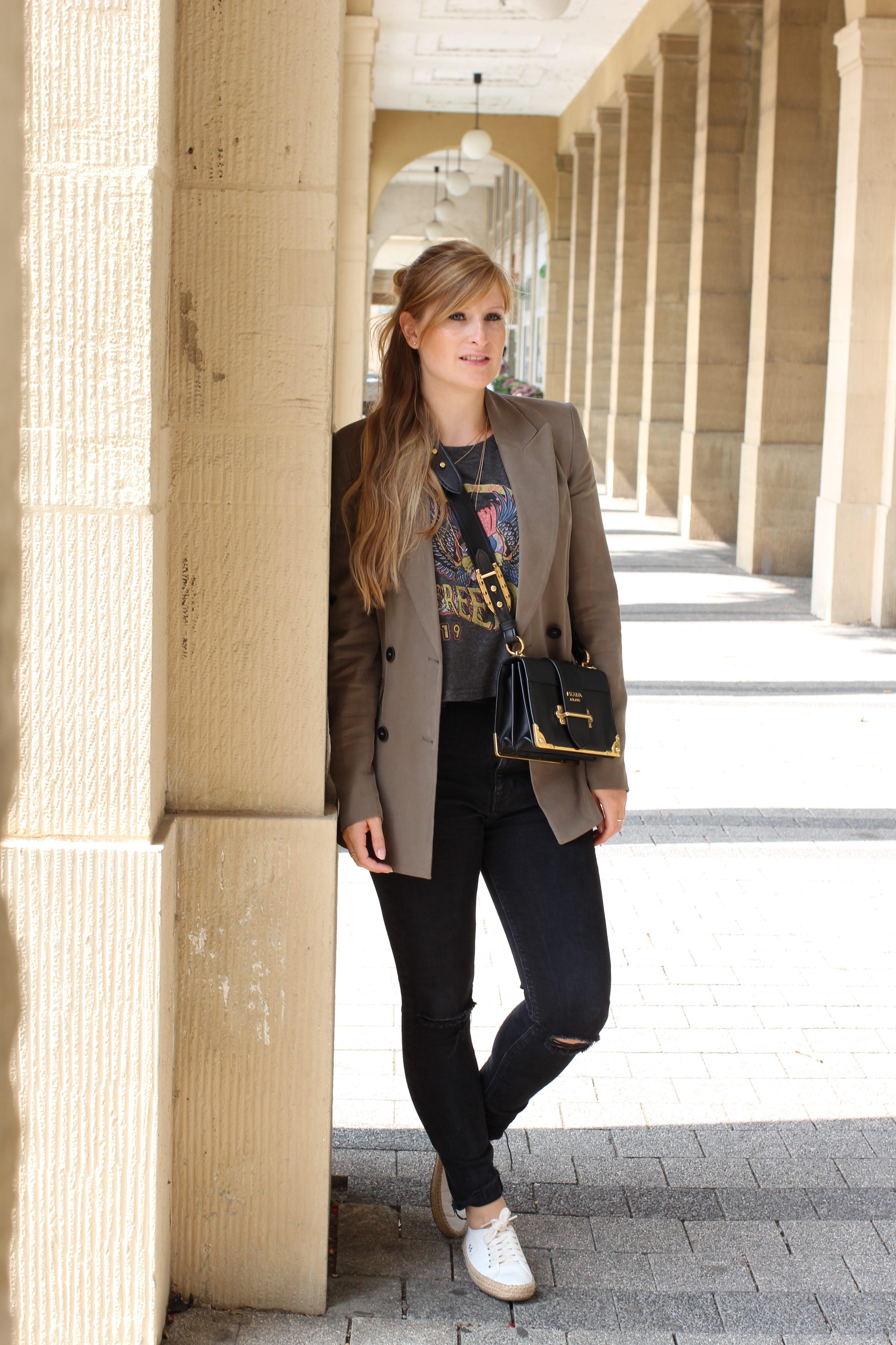 Highwaist Jeans Crop Top Print kombinieren Lieblings-Blazer Zara Blazer Navy Grün Prada Cahier Bag Frühlingslook Outfit Modeblog Karlsruhe 1