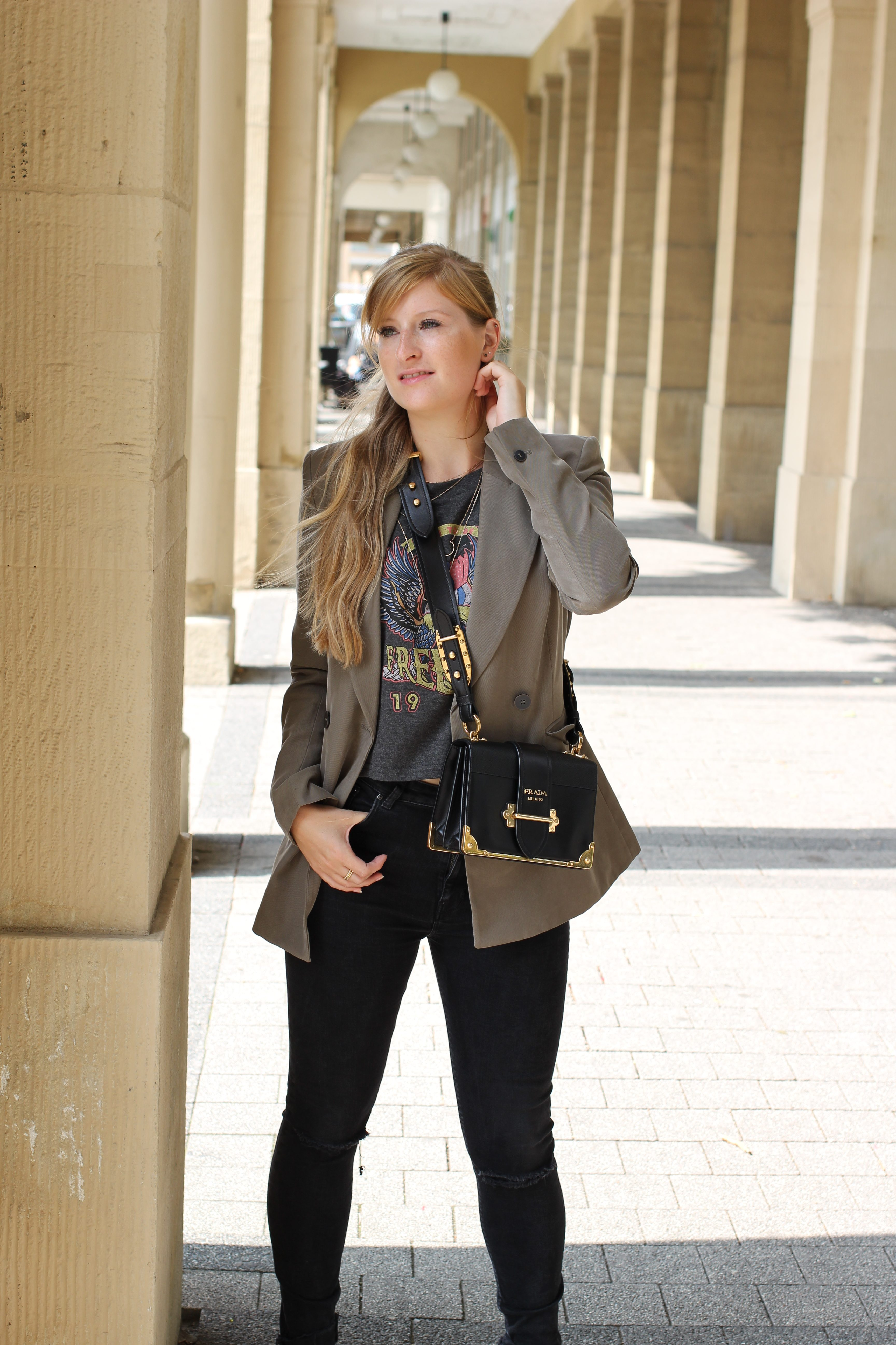 Highwaist Jeans Crop Top Print kombinieren Lieblings-Blazer Zara Blazer Navy Grün Prada Cahier Bag Frühlingslook Outfit Modeblog Karlsruhe 3 Half Bun