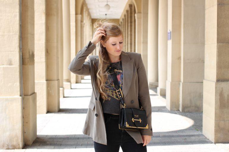 Highwaist Jeans Crop Top Print kombinieren Lieblings-Blazer Zara Blazer Navy Grün Prada Cahier Bag Frühlingslook Outfit Modeblog Karlsruhe