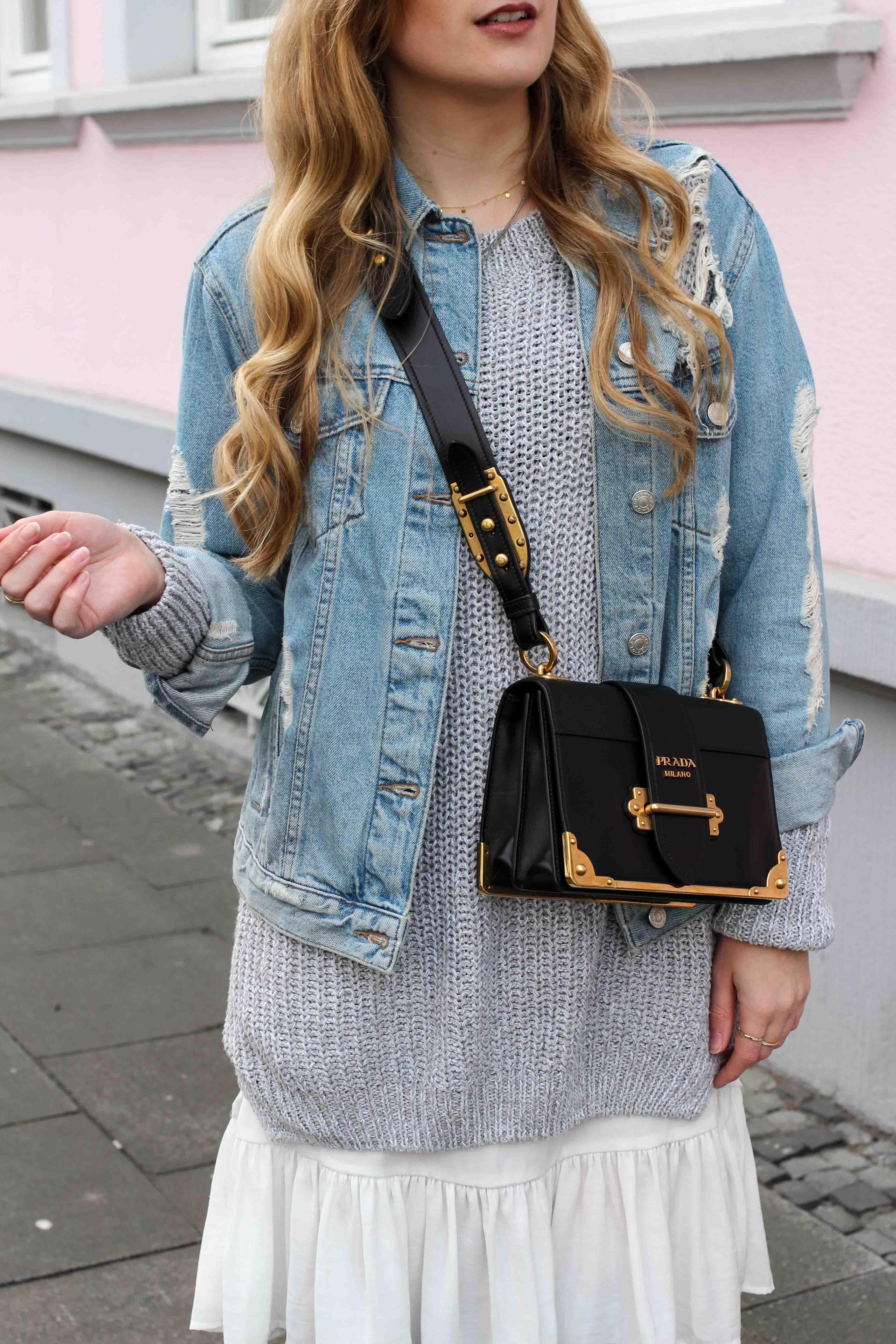 Winter Layering mit Kleid grauer Pullover Outfit zerrissene Jeansjacke Prada Cahier Bag Designertasche Streetstyle Modeblog Bonn Fashion Blog Deutschland 3