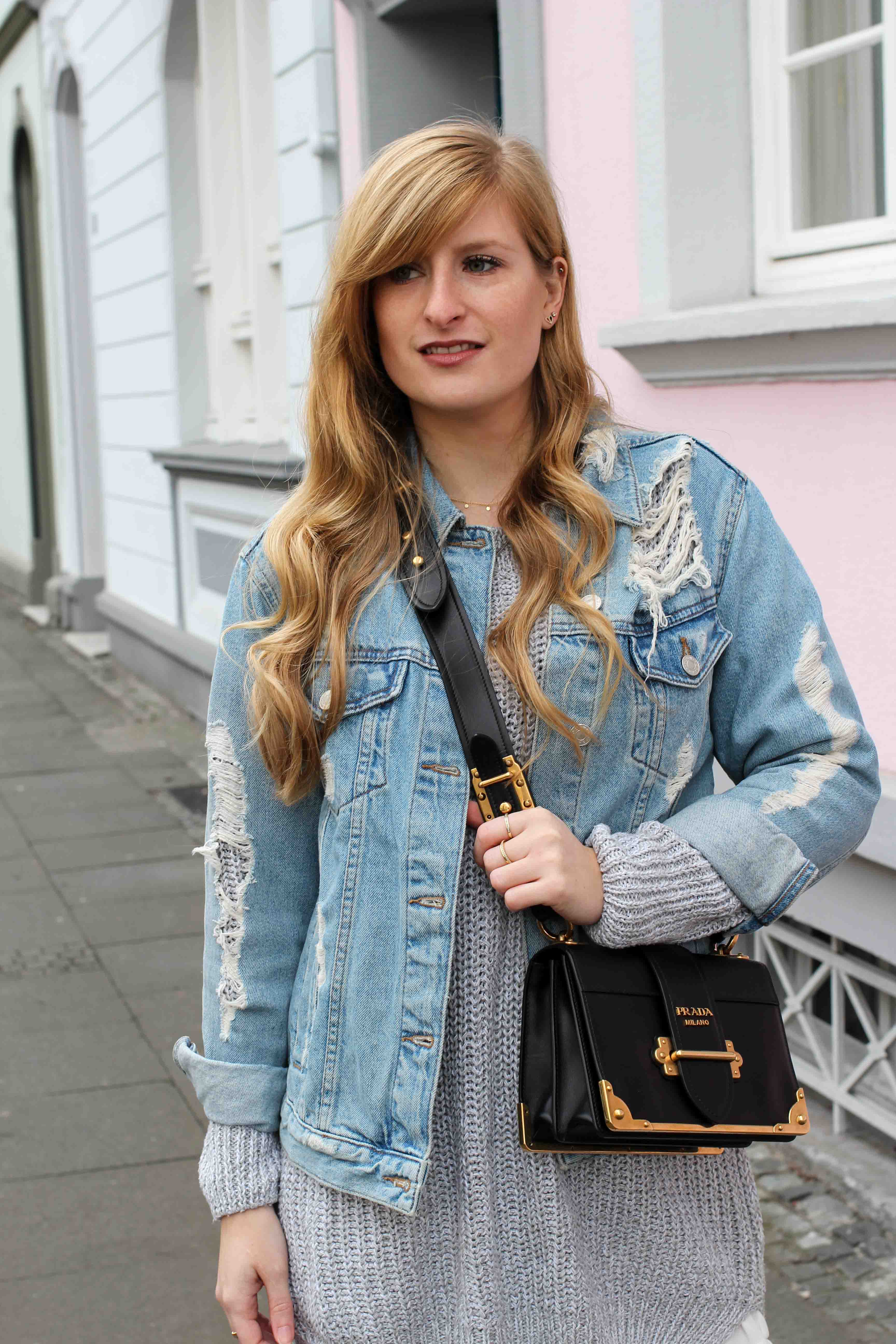 Winter Trend Outfit grauer Pullover zerrissene Jeansjacke kombinieren Prada Cahier Bag Designertasche Streetstyle Modeblog Bonn Fashion Blog Deutschland 5