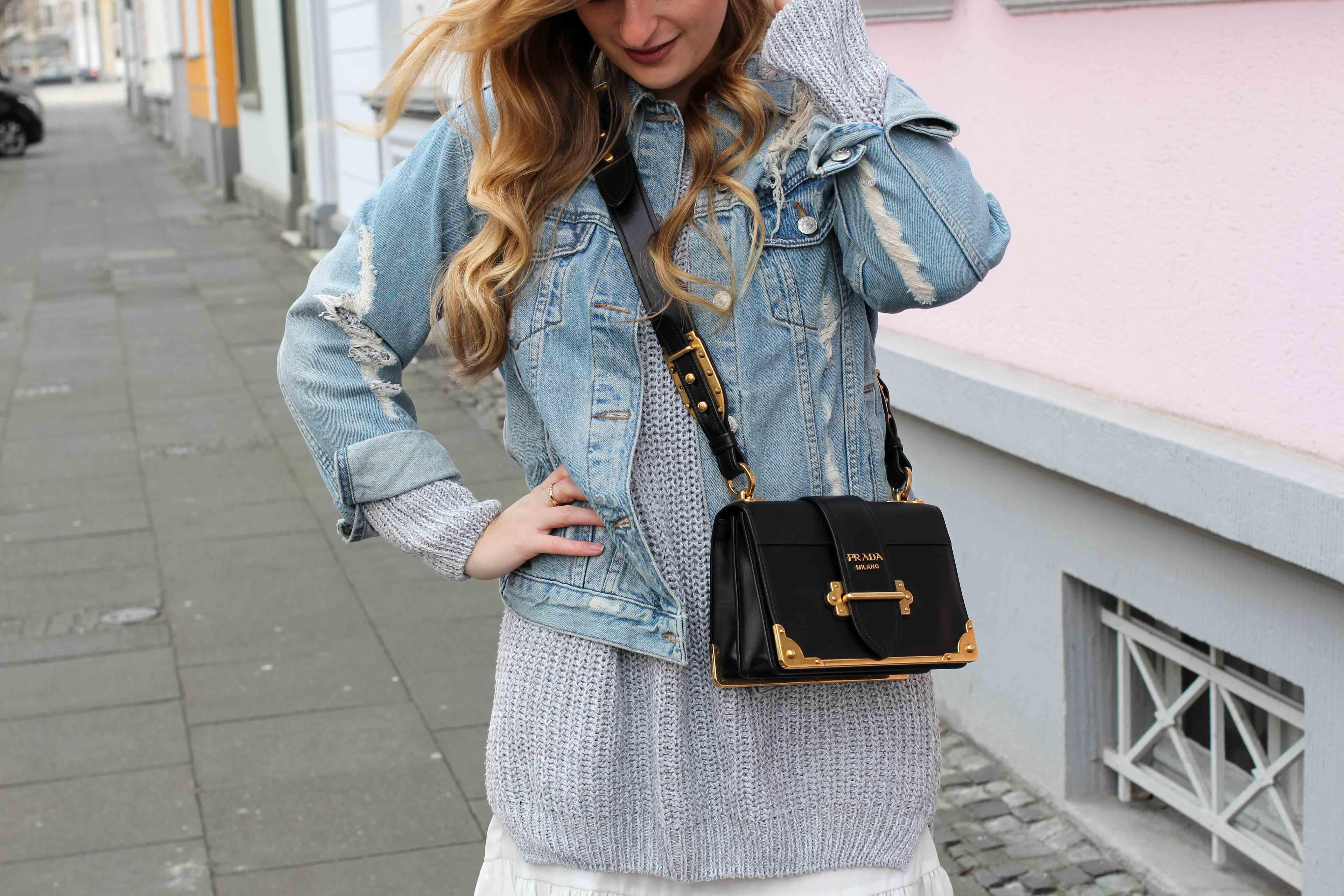 Winter Trend Outfit grauer Pullover zerrissene Jeansjacke kombinieren Prada Cahier Bag Designertasche Streetstyle Modeblog Bonn Fashion Blog Deutschland 6