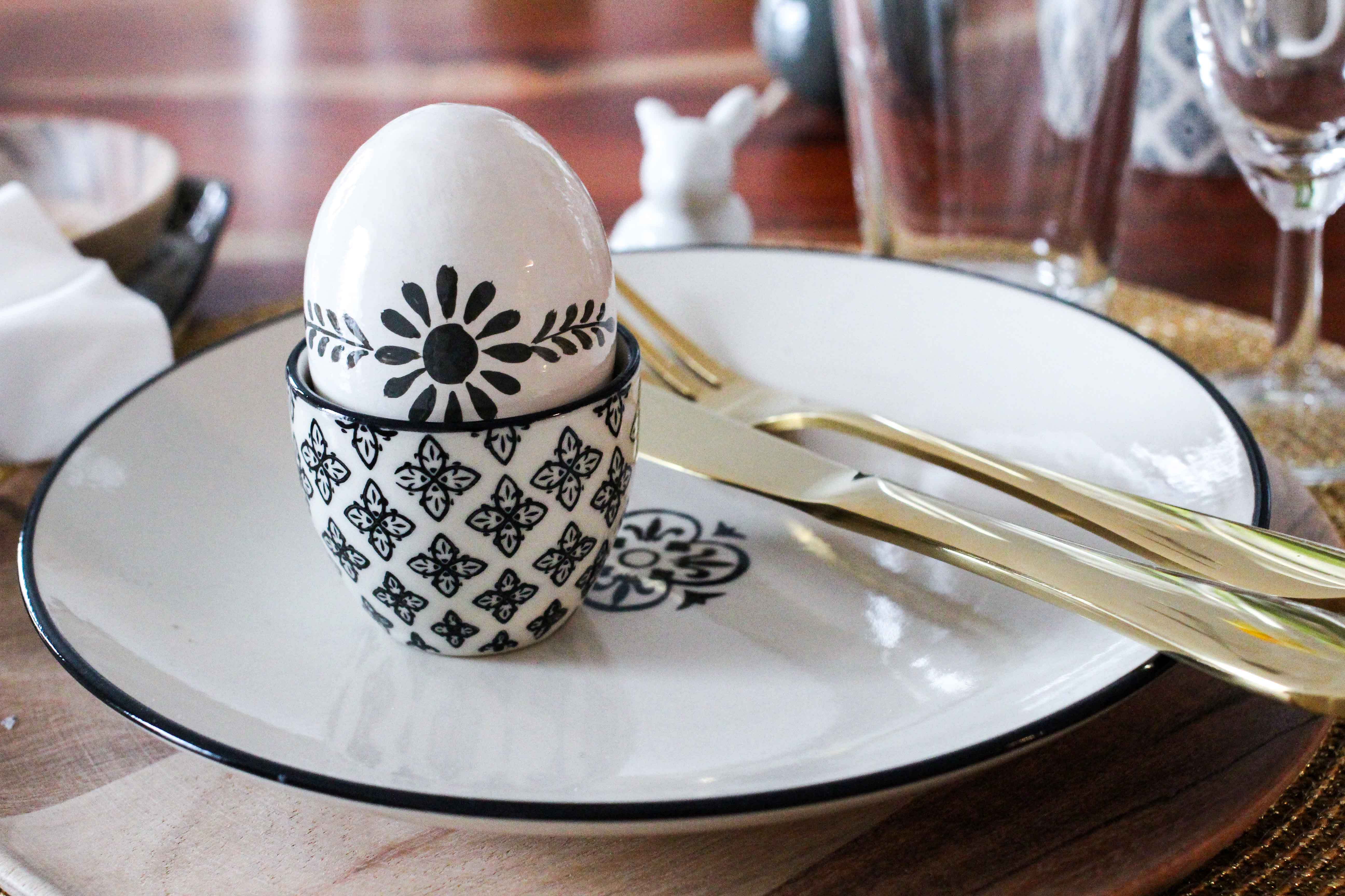 Eierbecher Oster Tisch Dekoration skandinavisches Design Ib Laursen Ostern Tisch dekorieren Besteck Gold Holzteller Interior Blog Ostereier Ediths