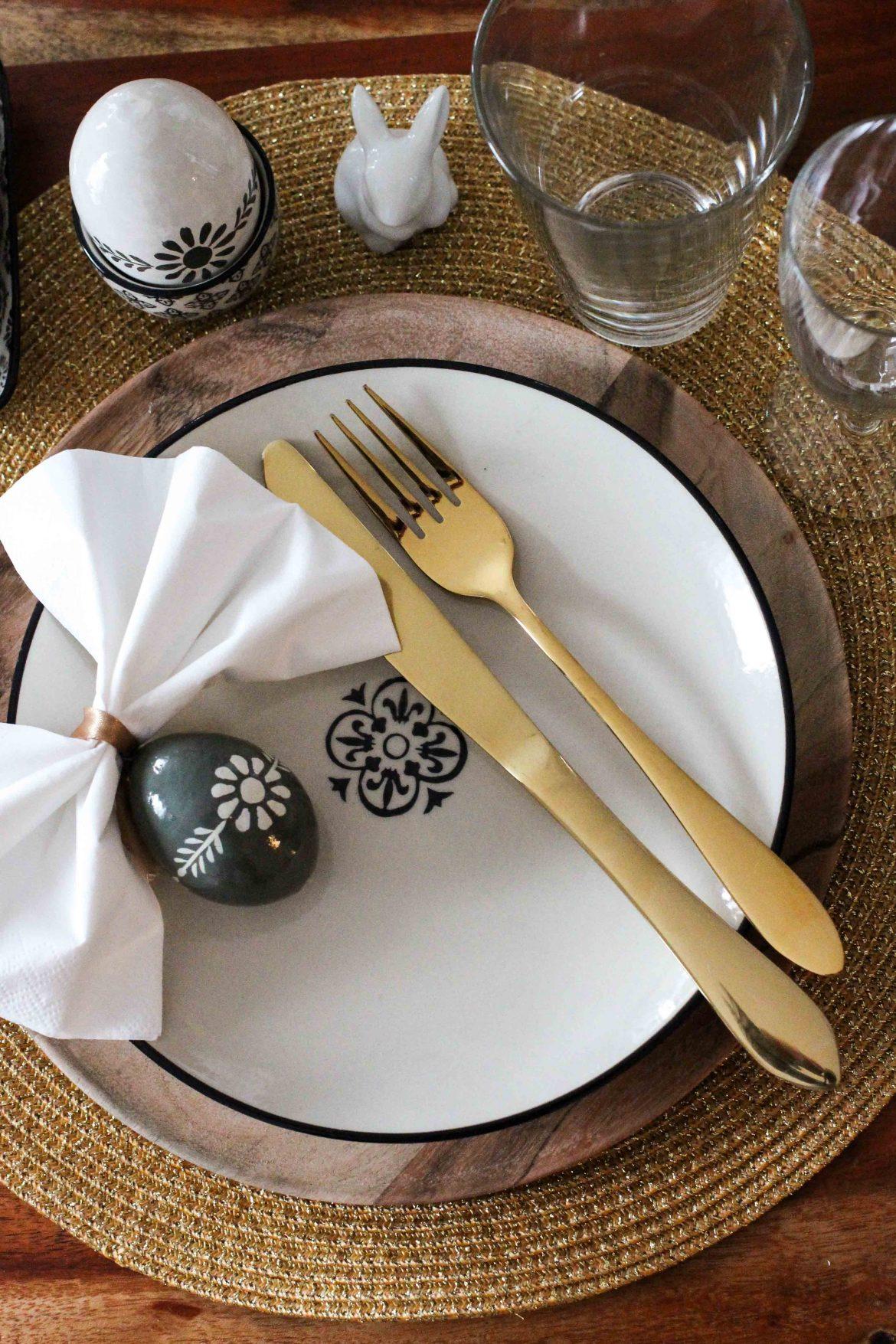 oster tisch dekoration skandinavisches design ib laursen ostern tisch dekorieren besteck gold. Black Bedroom Furniture Sets. Home Design Ideas