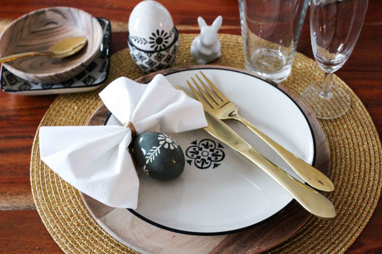 Oster Tisch Dekoration skandinavisches Design Ib Laursen Ostern Tisch dekorieren Besteck Gold Holzteller Interior Blog Ostereier 2