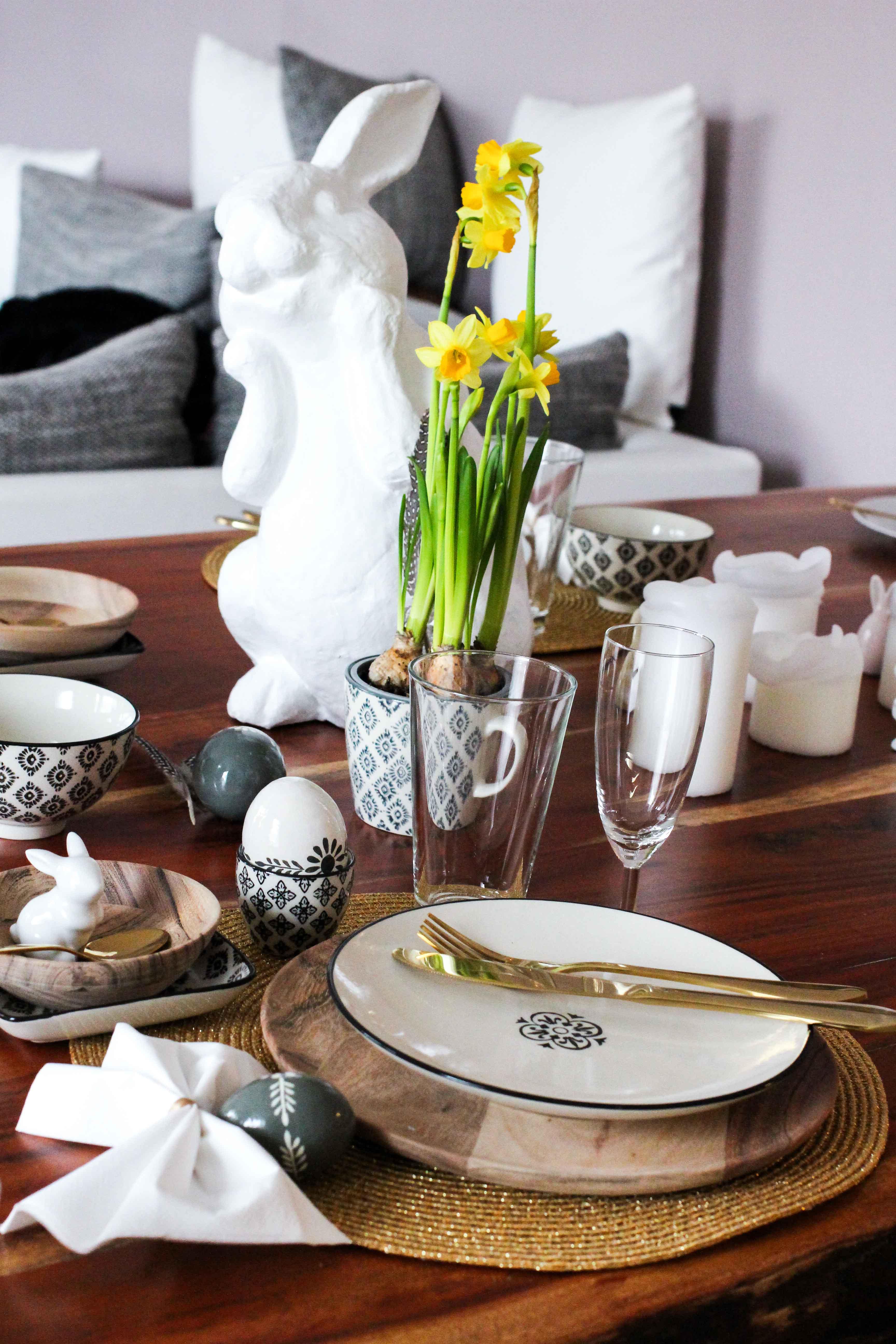 Oster Tisch Dekoration skandinavisches Design Ib Laursen Ostern Tisch dekorieren Besteck Gold Holzteller Interior Blog Ostereier Ediths Interior Blog