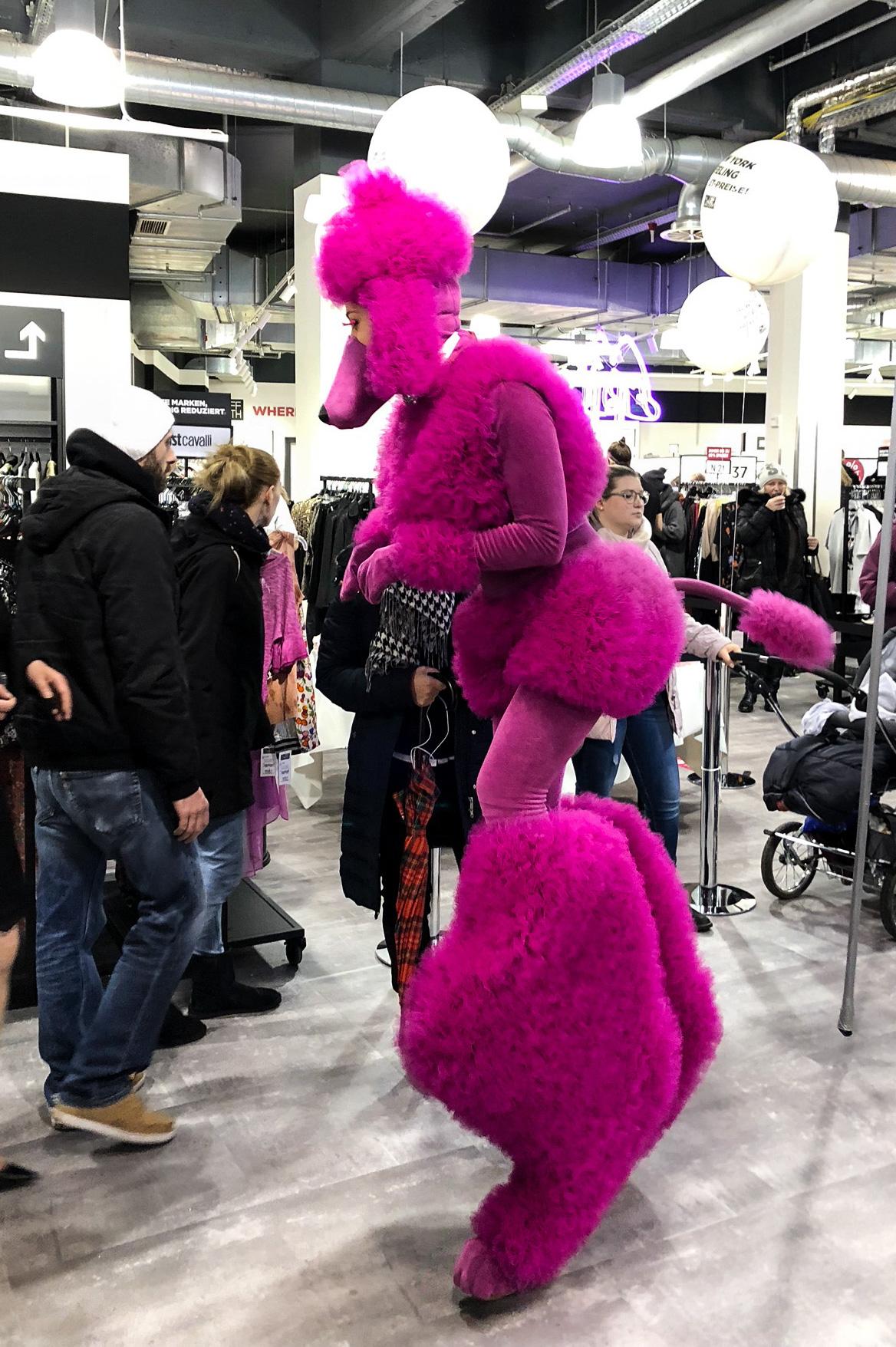 Store Opening Saks OFF 5th Avenue Bonn Premium-Marken Outletpreis Designer Outlet Bonn Modeblog Stelzenläufer pink