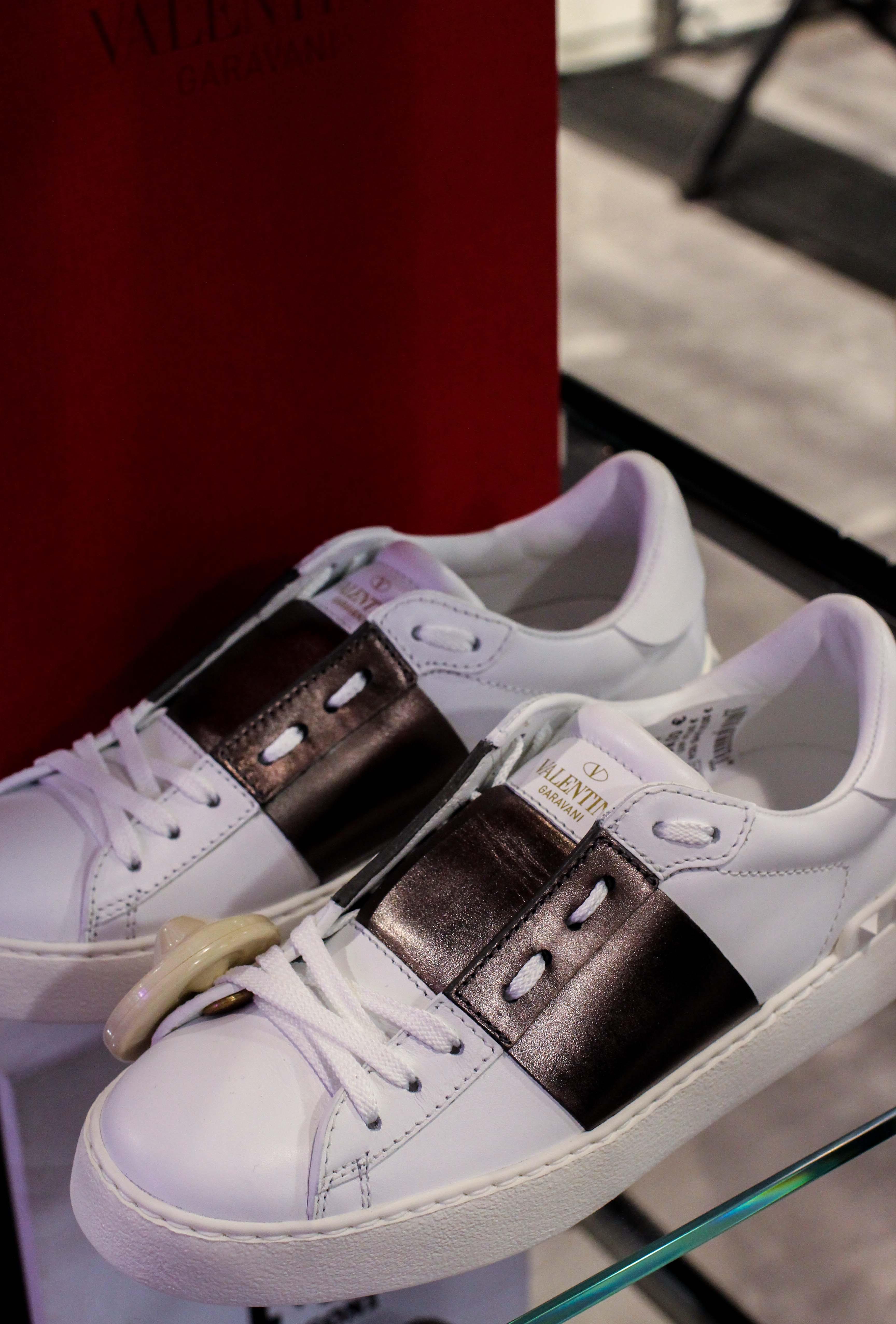 Valentino Sneaker weiß Store Opening Saks OFF 5th Avenue Bonn Premium-Marken Outletpreis Designer Outlet Bonn Modeblog