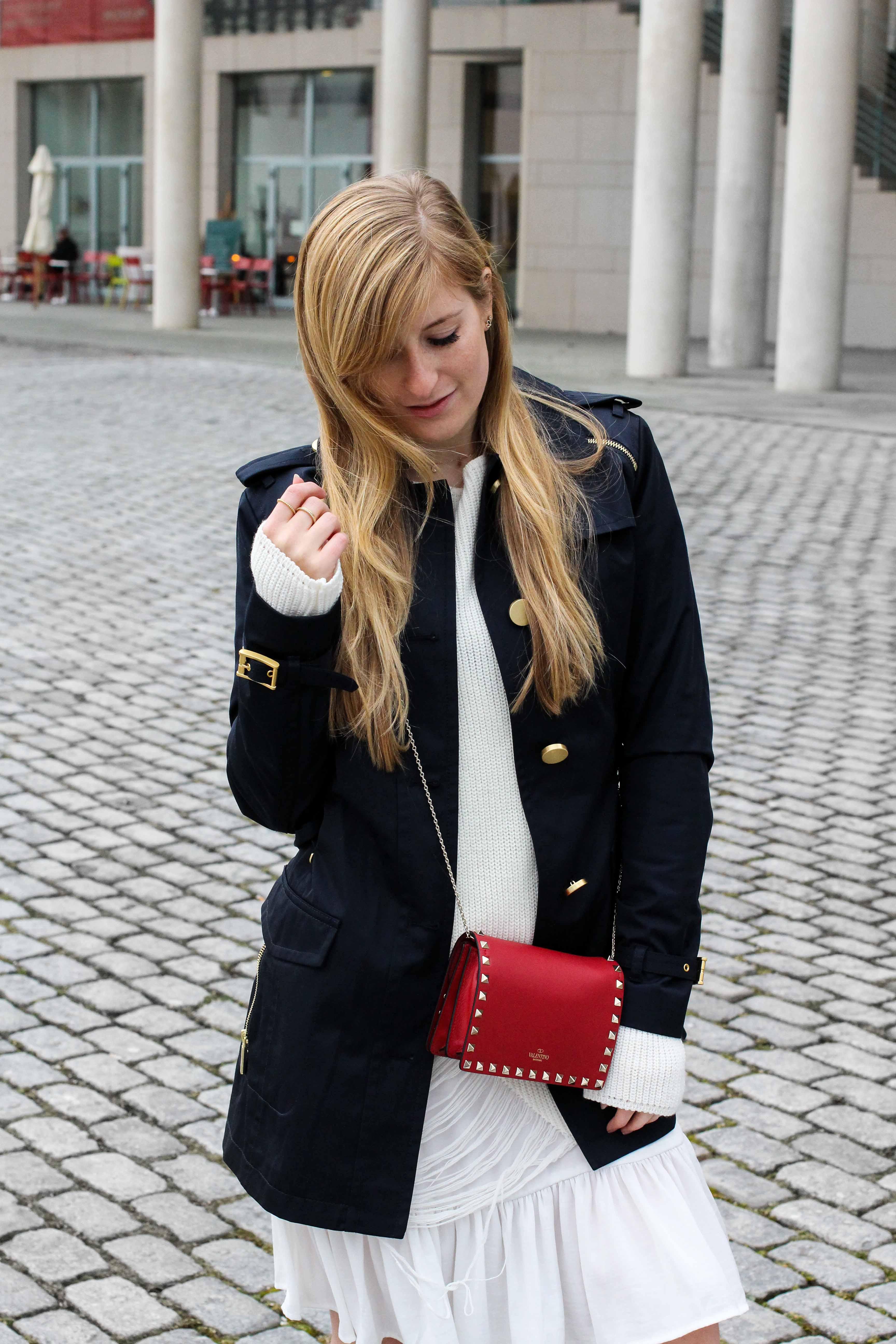 Blogger Outfit Saks OFF 5th Avenue Bonn Michael Kors Trenchcoat Valentino Tasche rot nieten 2