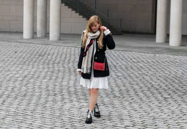 Blogger Outfit Saks OFF 5th Avenue Bonn Michael Kors Trenchcoat Valentino Tasche rot nieten