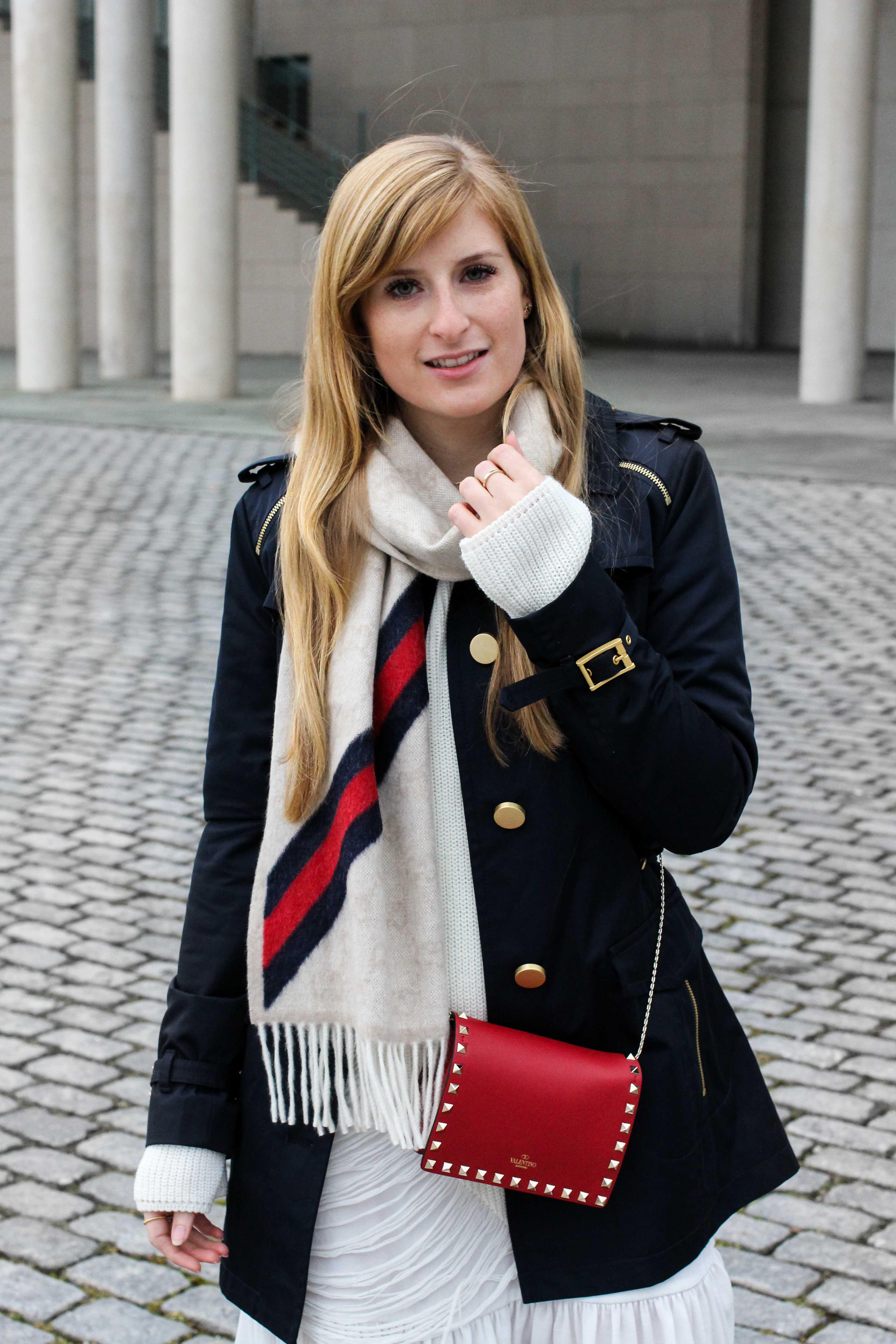 Blogger Outfit Saks OFF 5th Avenue Bonn Michael Kors Trenchcoat Valentino Tasche rot nieten 5