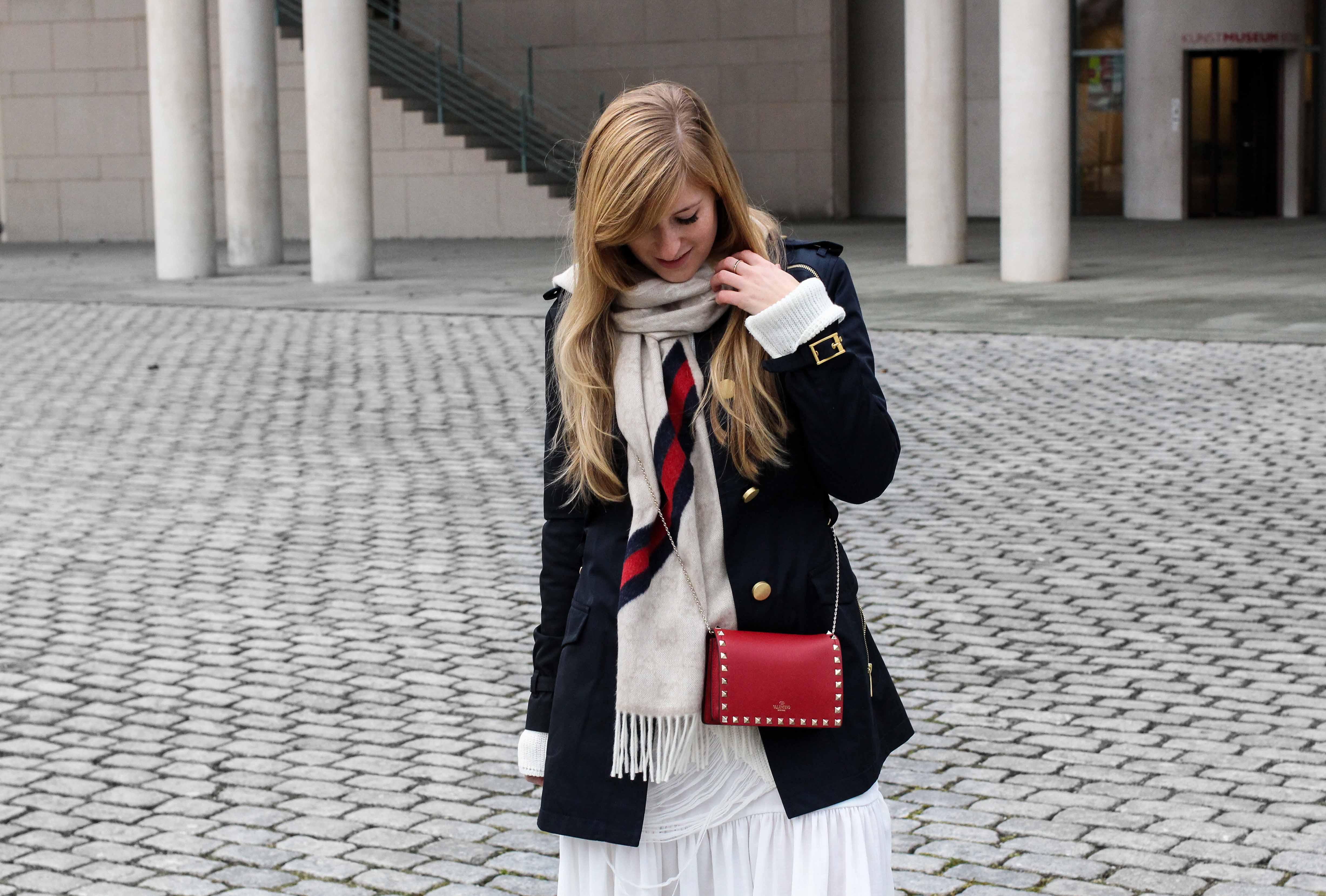 Blogger Outfit Saks OFF 5th Avenue Bonn Michael Kors Trenchcoat Valentino Tasche rot nieten gucci schal 92