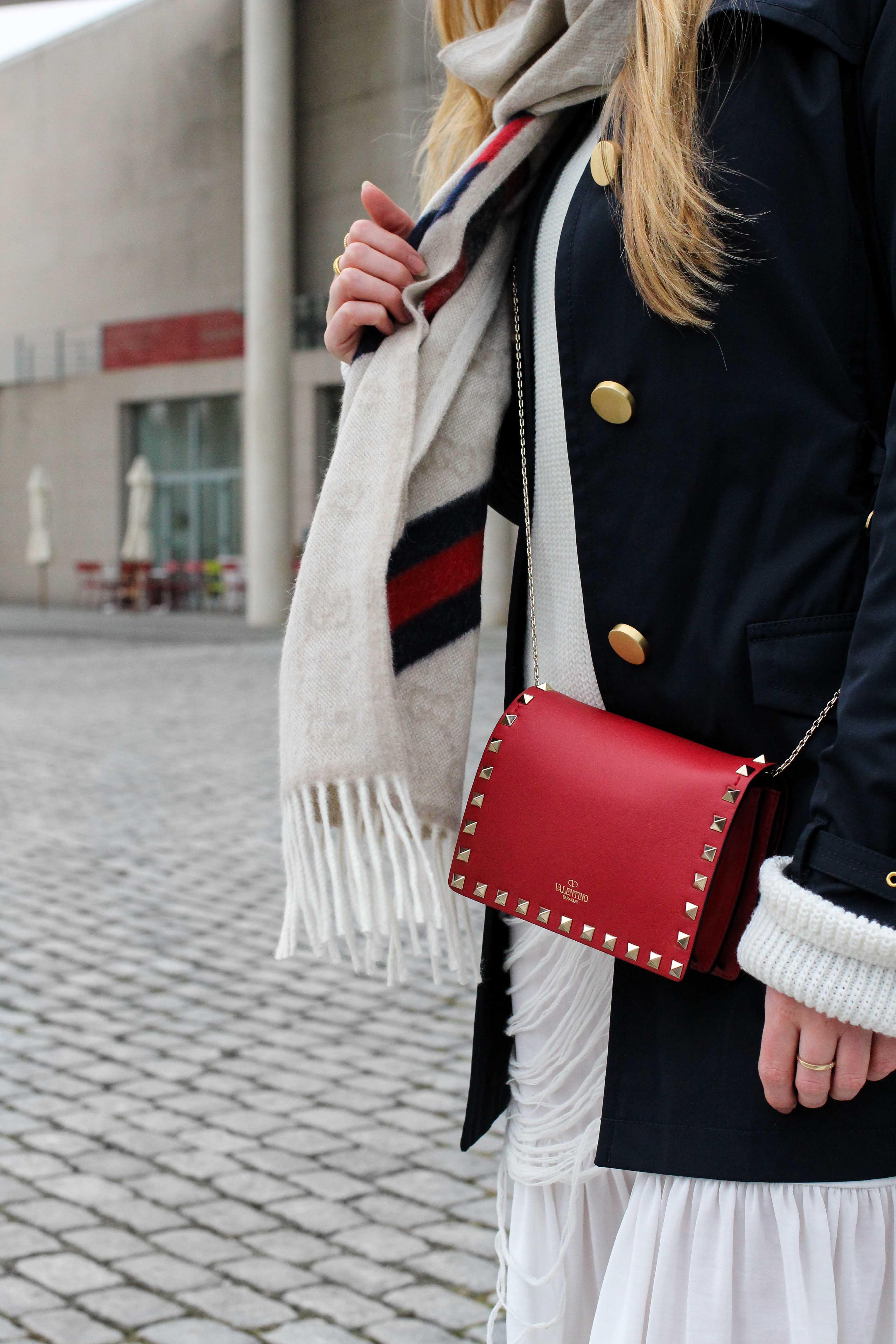 Blogger Outfit Saks OFF 5th Avenue Bonn Michael Kors Trenchcoat Valentino Tasche rot nieten kombinieren