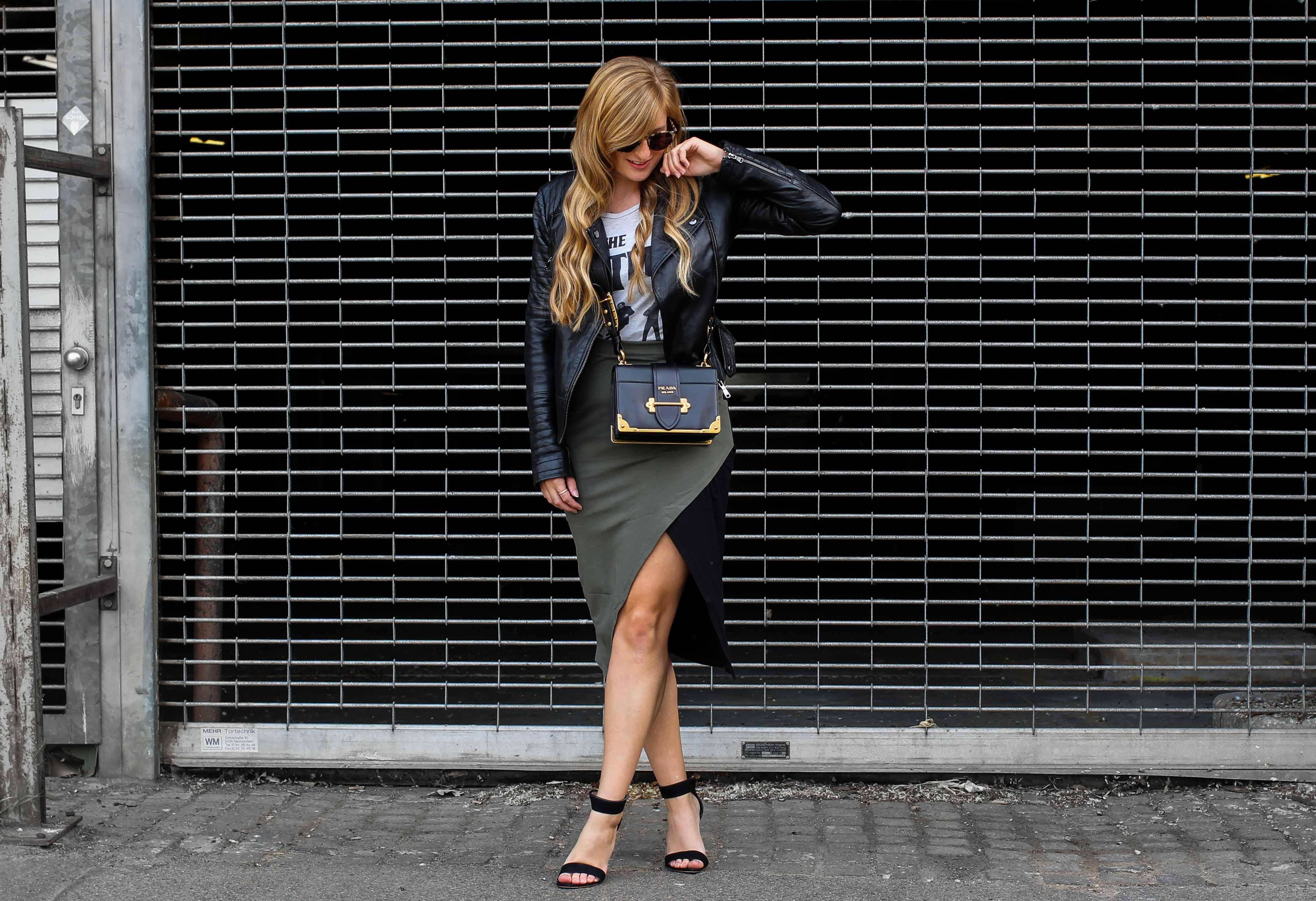 Sommer Street style 2018 kombinieren Bandshirt the beatles Lederjacke Damen Prada Cahier Designertasche Modeblog Köln Blogger DE Outfit Sommer