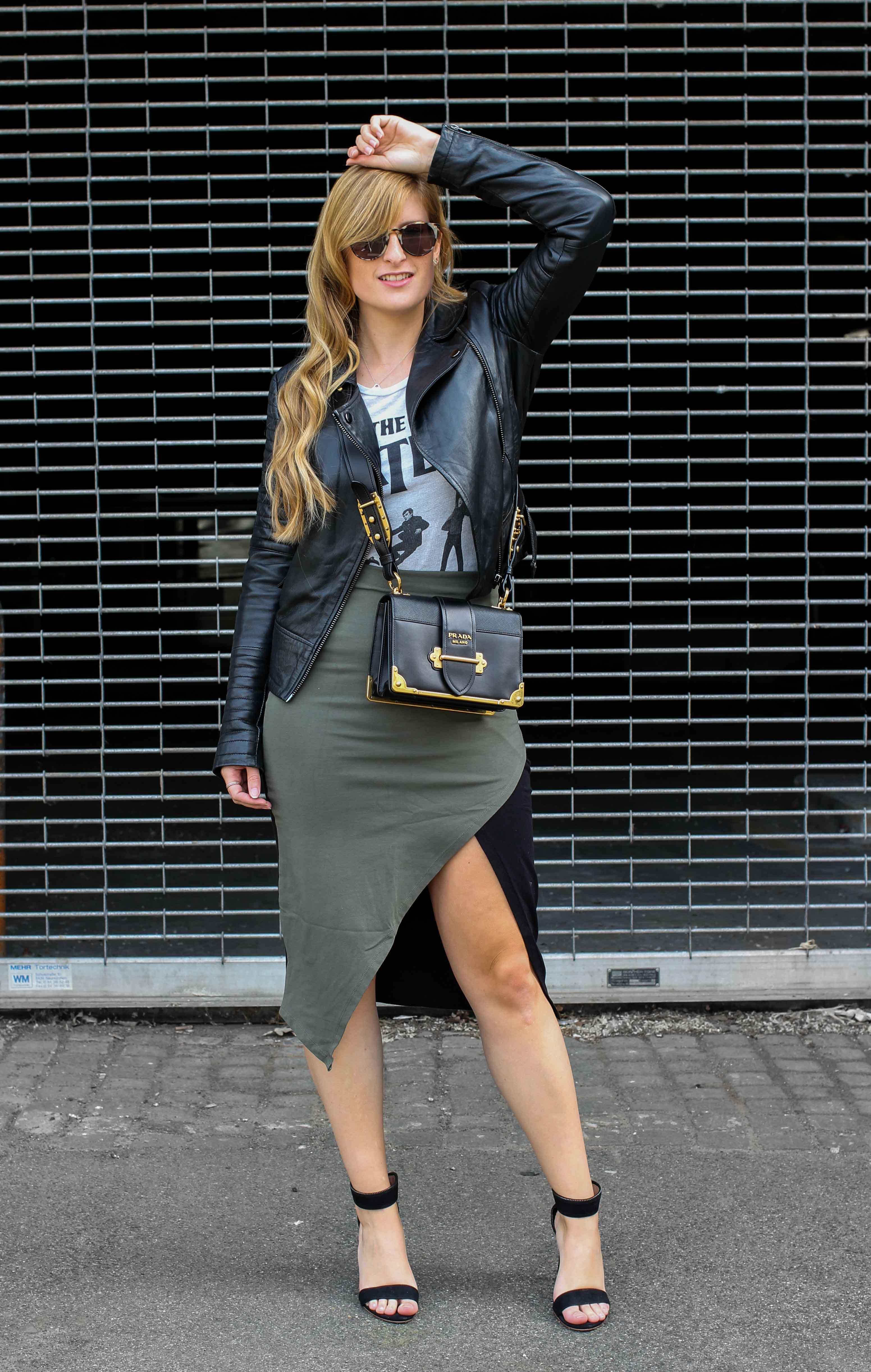 Sommer Streetstyle 2018 asymmetrischer Rock Asos kombinieren Bandshirt the beatles Lederjacke Prada Cahier Designertasche Modeblog Köln Blogger DE Outfit Sommer Brinisfashionbook 1
