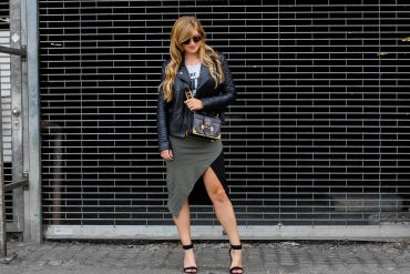 Sommer Streetstyle 2018 asymmetrischer Rock Asos kombinieren Bandshirt the beatles Lederjacke Prada Cahier Designertasche Modeblog Köln Blogger DE Outfit Sommer Brinisfashionbook