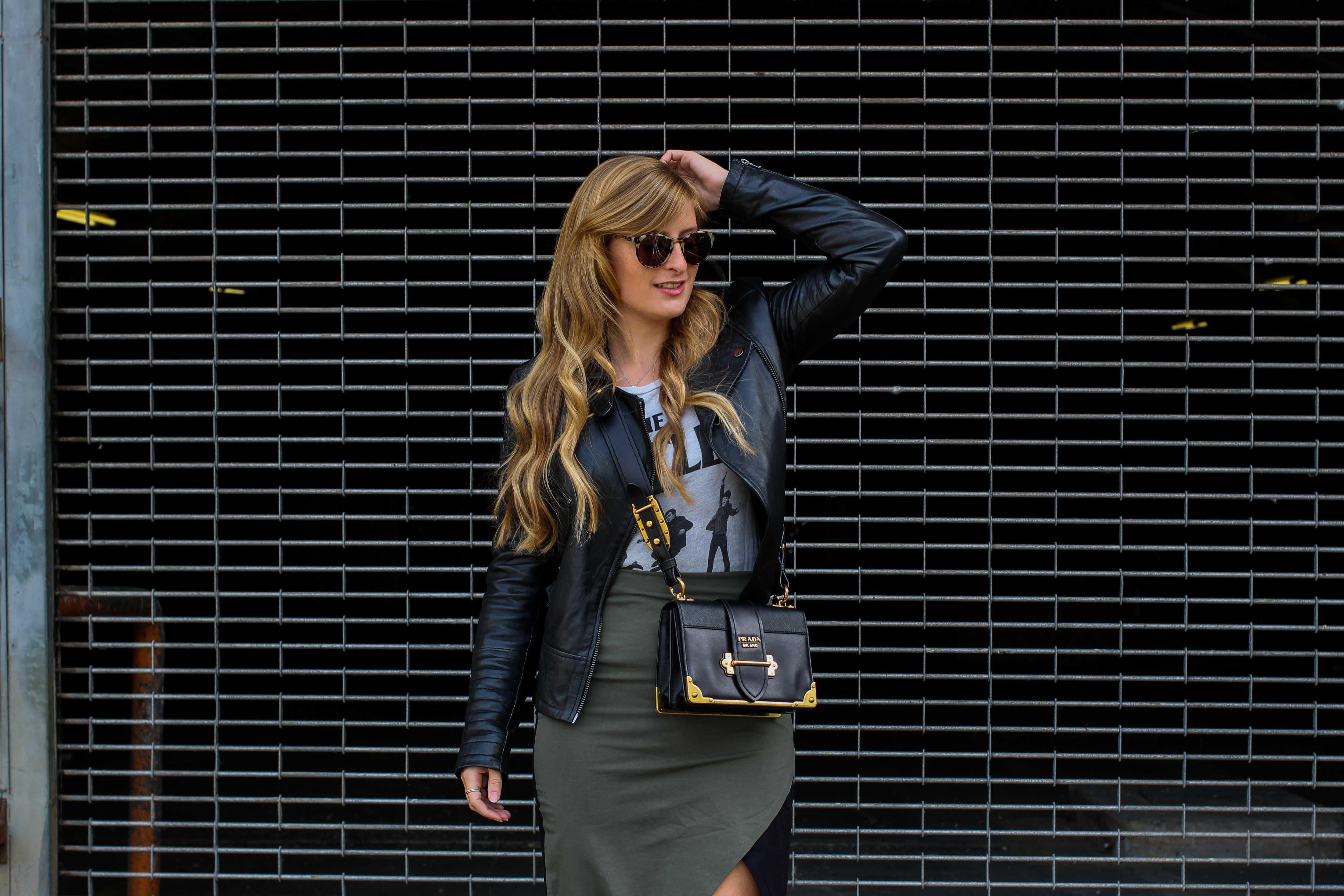 Sommer Streetstyle 2018 kombinieren Bandshirt the beatles Lederjacke Damen Prada Cahier Designertasche Modeblog Köln Blogger DE Outfit Sommer 9