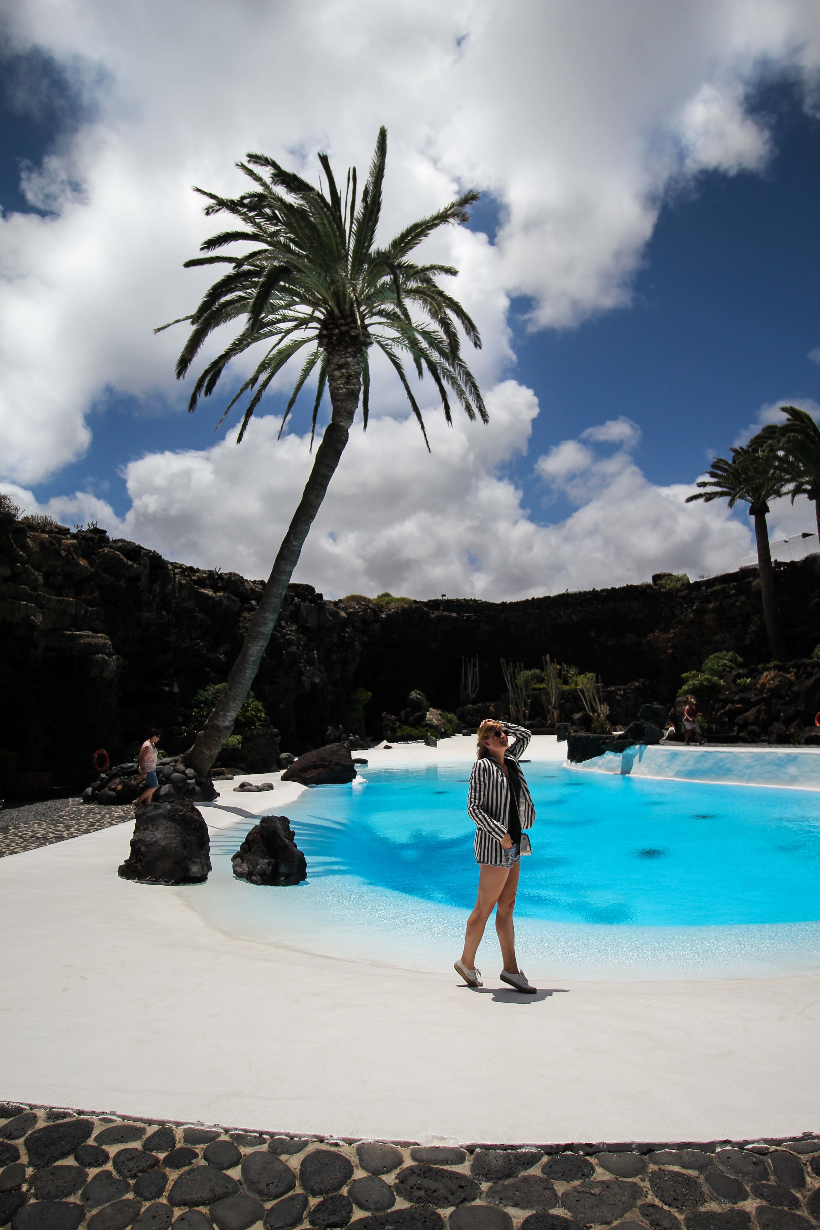 Top 10 Tipps Lanzarote Sehenswürdigkeiten Insider Tipps Lanzarote Spanien Jameos del Agua blauer See Brinisfashionbook Reiseblog