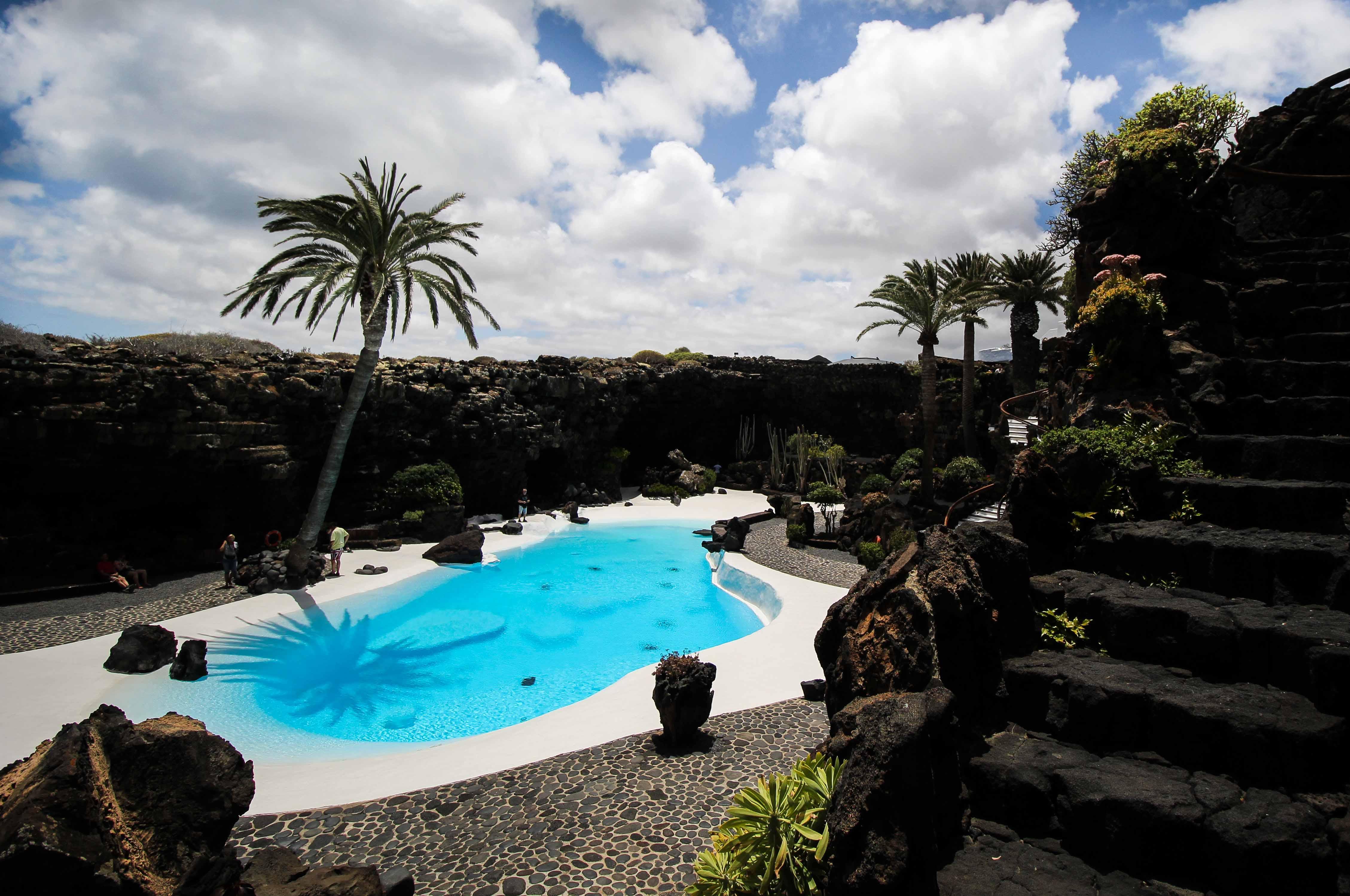 Top 10 Tipps Lanzarote Sehenswürdigkeiten Insider Tipps Lanzarote Spanien Jameos del Agua blauer See Reiseblog