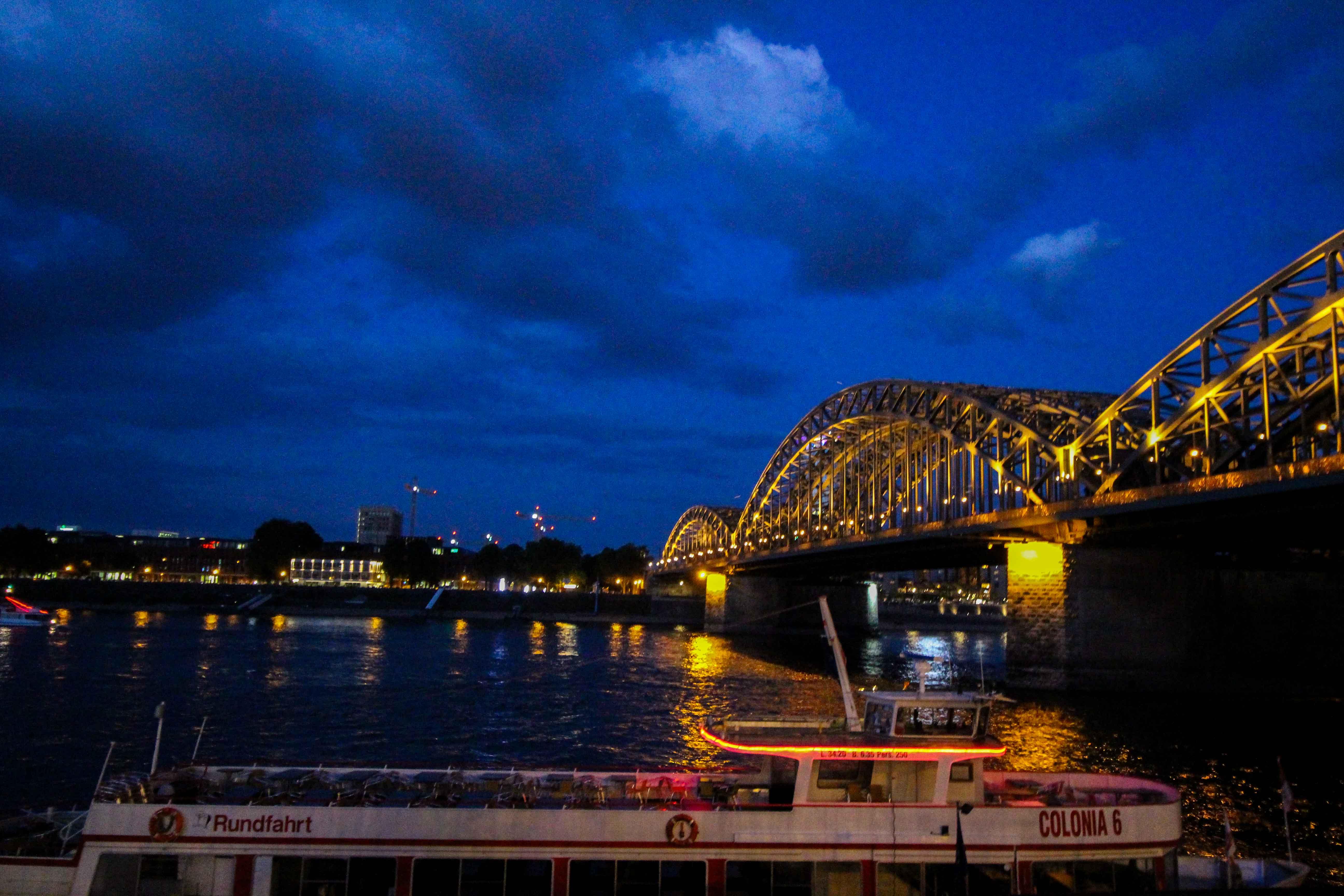 Aldi Süd Wein Tour Weinprobe Wein Truck Rheinuferfest Köln Stadtfest Hohenzollernbrücke bei Nacht