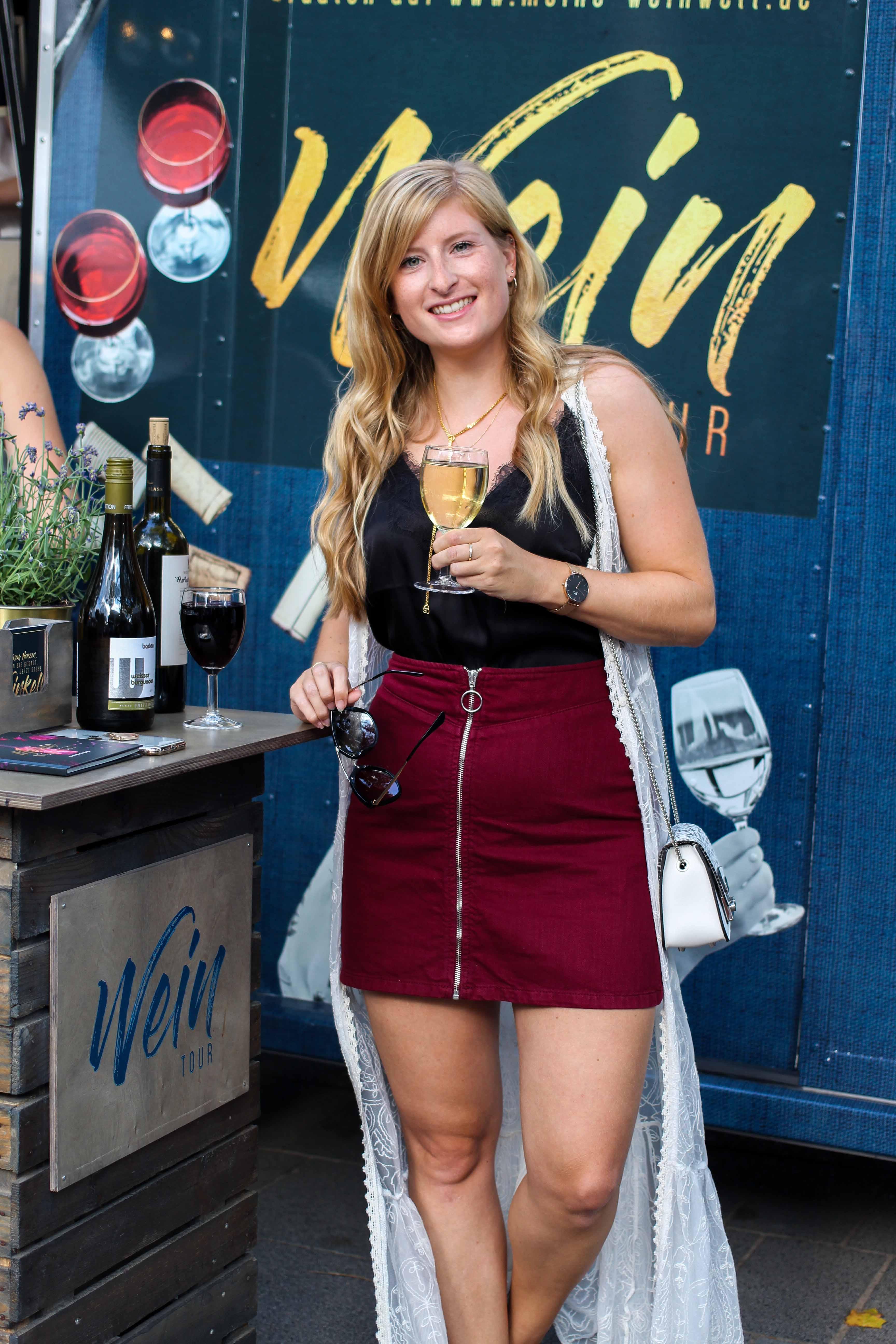 Aldi Süd Wein Tour Weinprobe Wein Truck Rheinuferfest Köln Weißwein Rotwein Outfit Stadtfest