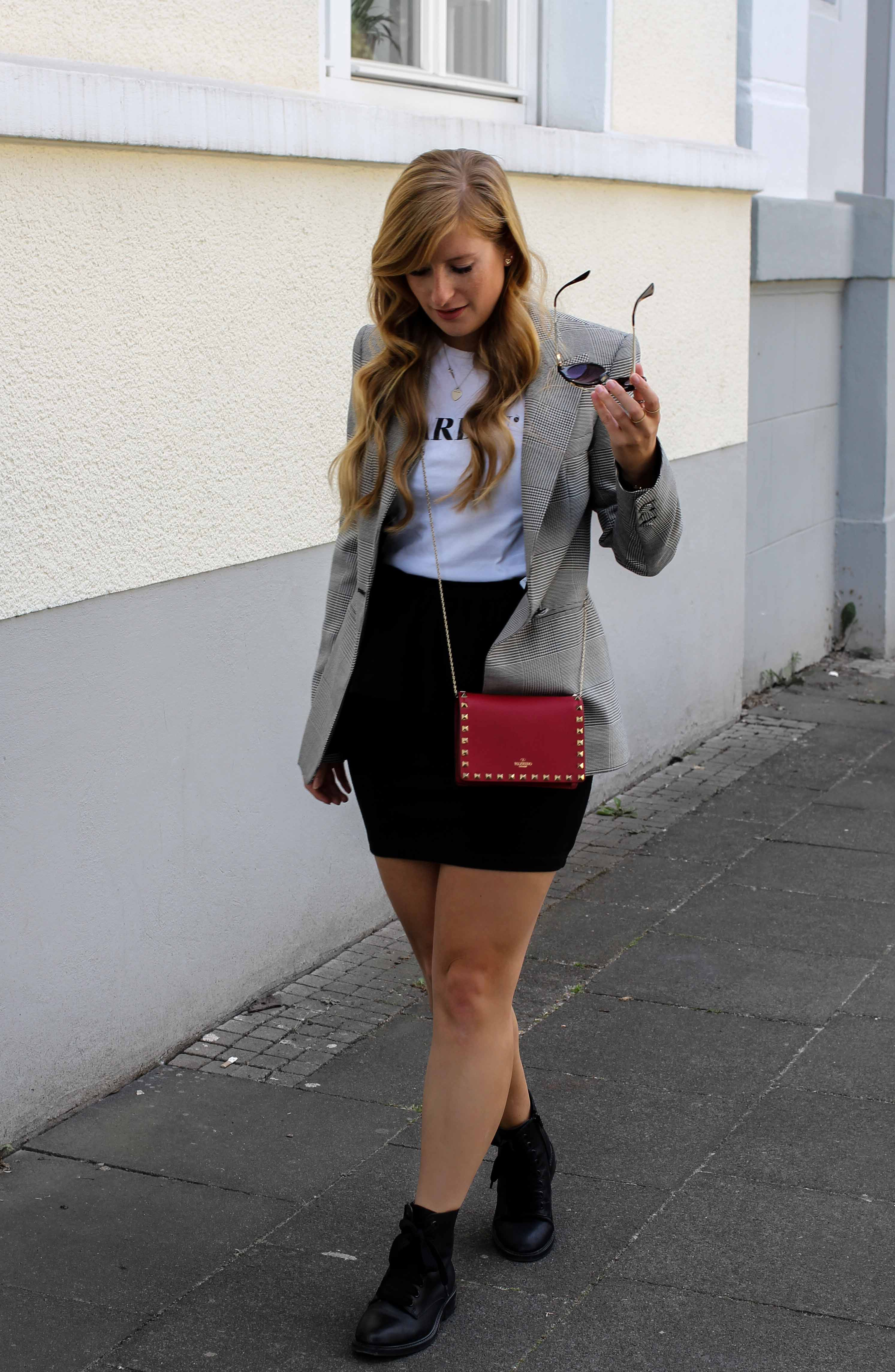 Casual Business Look Karo Blazer Zara Statement Shirt Darlin Nakd Edited Boots Schleife Modeblogger Bonn Valentino Tasche Rot 3
