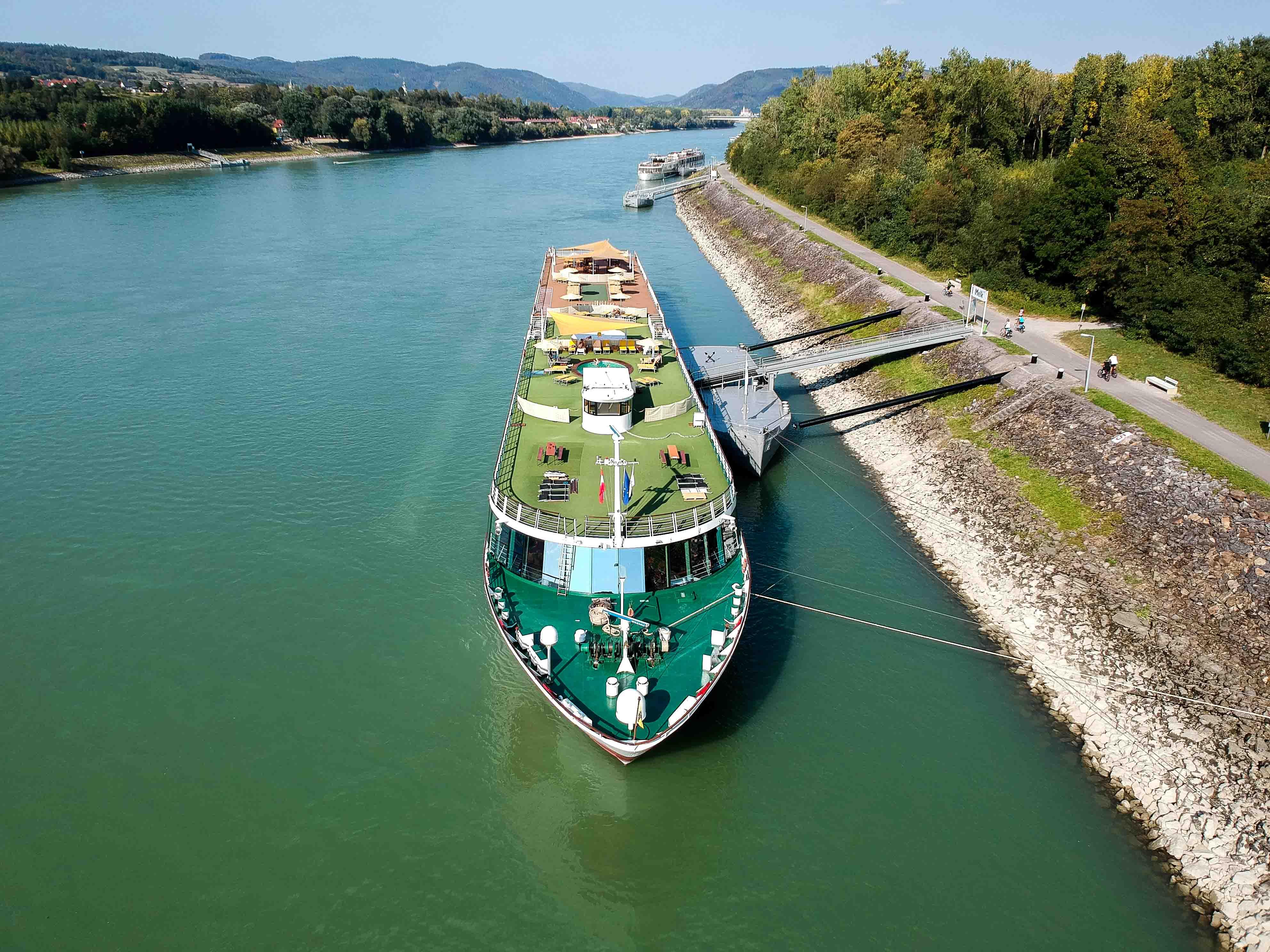 Donaukreuzfahrt-A-Rosa-Bella-Flusskreuzfahrtschiff-Donau-Arosa-Deck-Drohne
