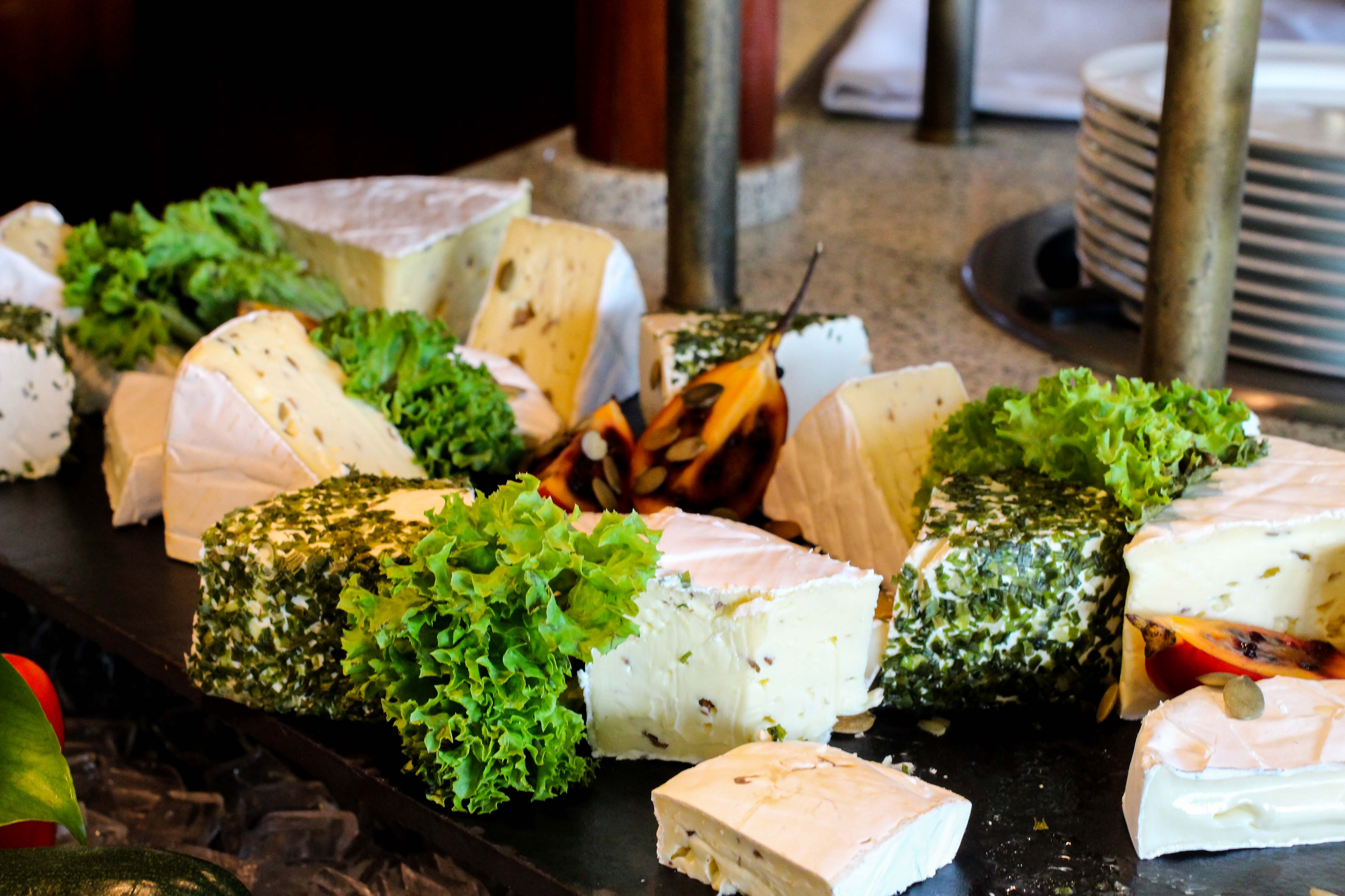 Donaukreuzfahrt A-Rosa Bella Restaurant Buffet Käse Flusskreuzfahrt Flusskreuzfahrtschiff 7 Tage Donau Klassik Tour Arosa Reiseblogger