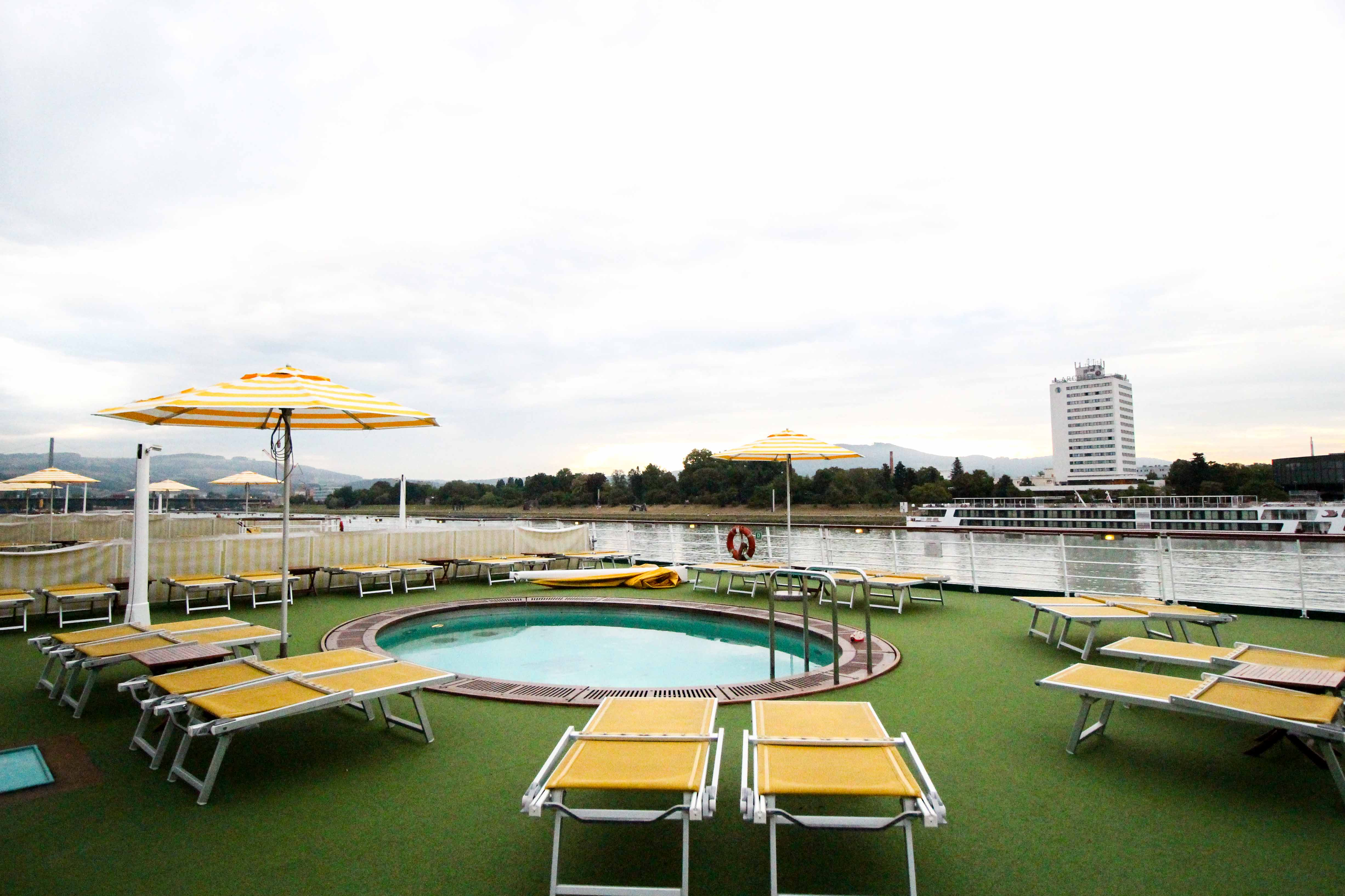 Donaukreuzfahrt A-Rosa Bella Sonnendeck Pool Flusskreuzfahrt Flusskreuzfahrtschiff Donau Melk 7 Tage Donau Klassik Tour Arosa Reiseblogger