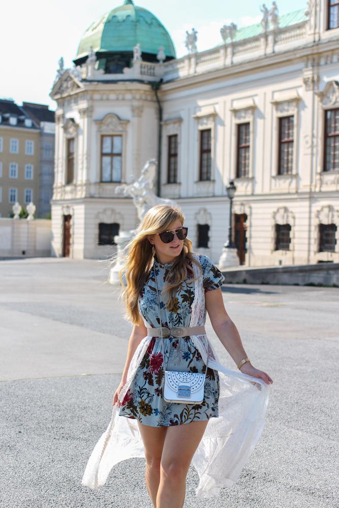 Romantisches Blumenkleid Schloss Belvedere Wien Outfit Prinzessin Fashionblog Modeblog Reiseblog Brinisfashionbook Furla Metropolis Bolero Mini Romantik Look 2