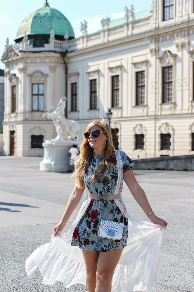 Romantisches Blumenkleid Schloss Belvedere Wien Outfit Prinzessin Fashionblog Modeblog Reiseblog Brinisfashionbook Furla Metropolis Bolero Mini Romantik Look 3