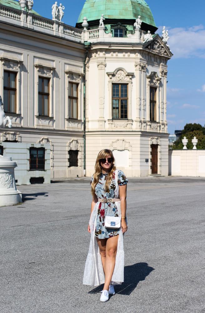 Romantisches Blumenkleid Schloss Belvedere Wien Outfit Prinzessin Fashionblog Modeblog Reiseblog Brinisfashionbook Furla Metropolis Bolero Mini Romantik Look