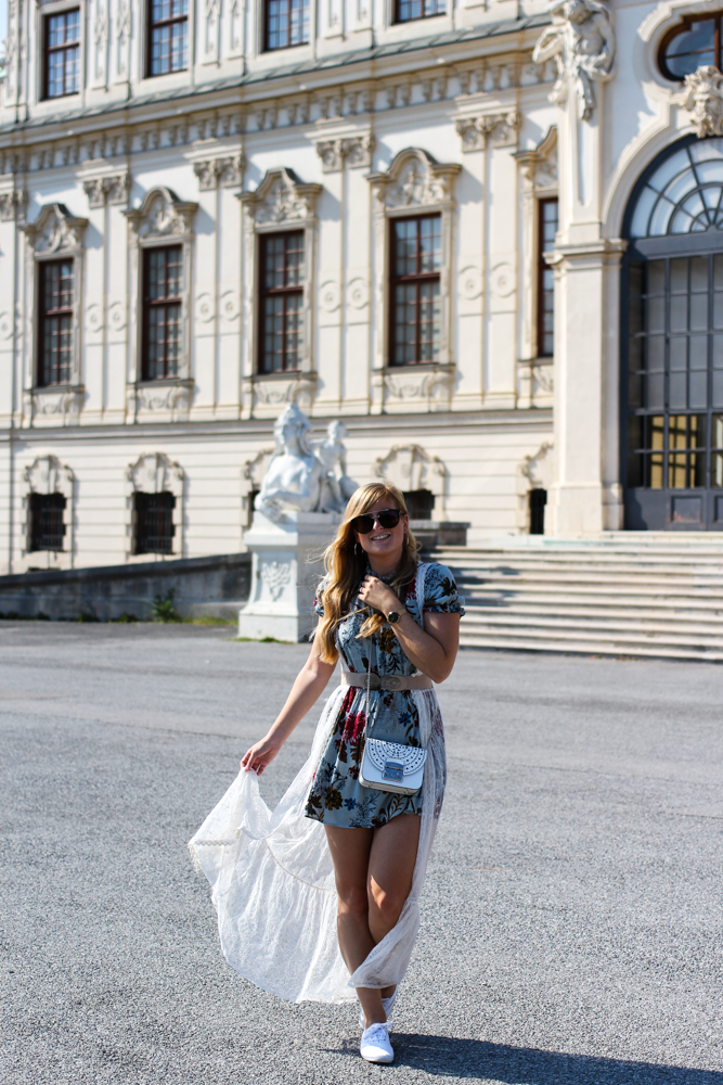 Romantisches Blumenkleid Schloss Belvedere Wien Outfit Prinzessin Fashionblog Modeblog Reiseblog Brinisfashionbook