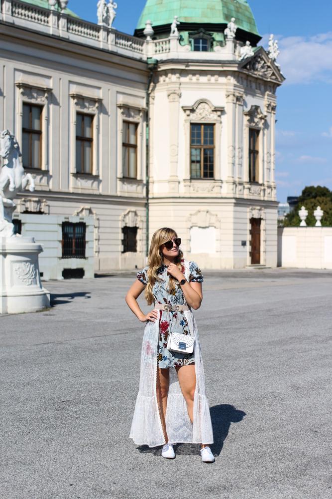 Romantisches Blumenkleid kombinieren Sommeroutfit Schloss Belvedere Wien Outfit Prinzessin Fashionblog Modeblog Reiseblog Brinisfashionbook