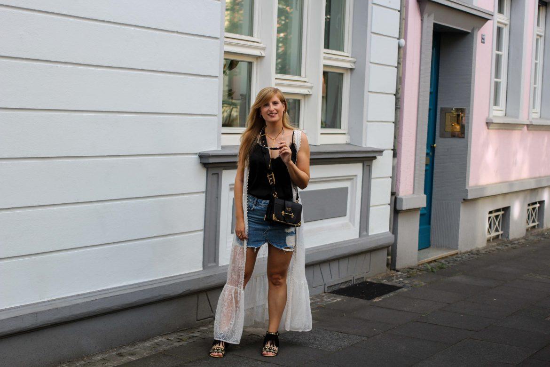 Spitzentop Jeansrock Boho Sommermantel Boho Sommerlook kombinieren Ibiza Style Hippie Modeblog Outfit