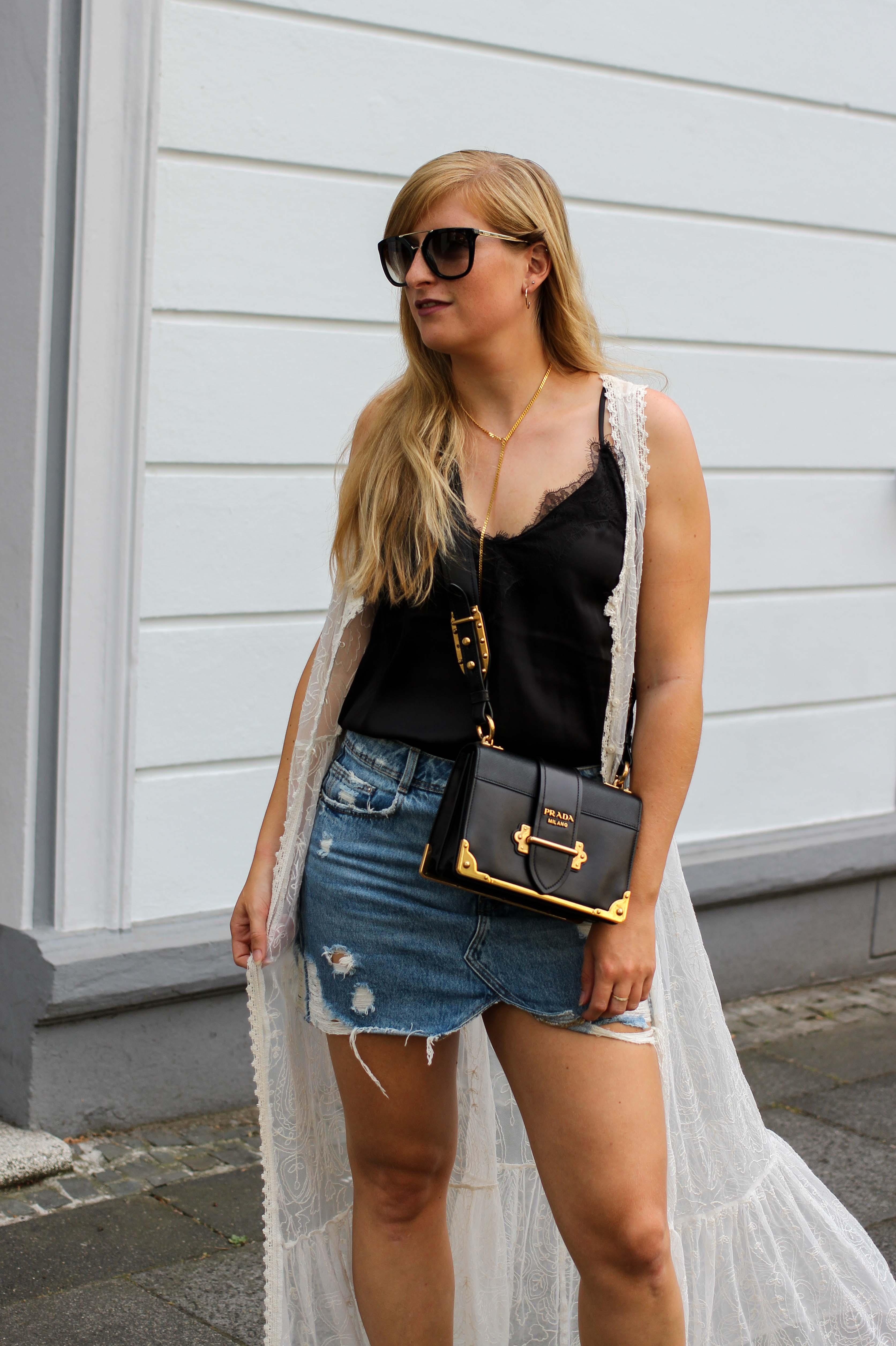 Spitzentop Jeansrock Boho Sommermantel Boho Sommerlook kombinieren Ibiza Style Hippie Modeblog Outfit Prada Cahier Schwarz Gold 4